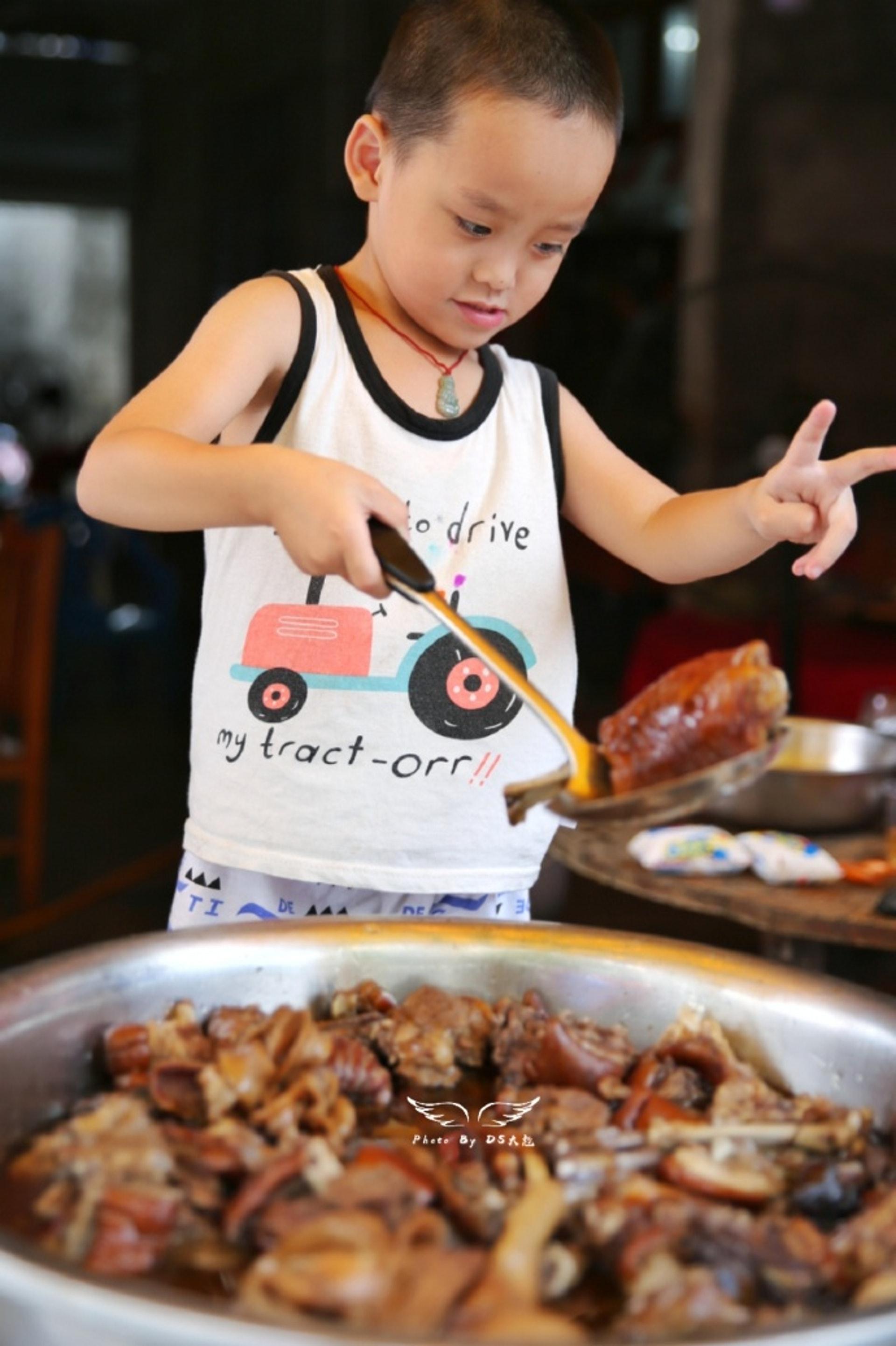 天真的小孩對狗肉似乎不抗拒。(微博)