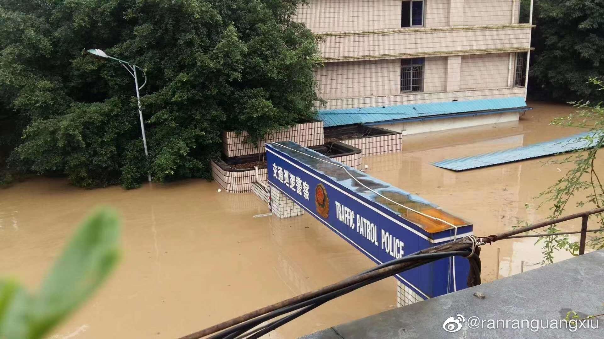 """长江暴雨成灾 洪水""""穿过3楼民宅""""宛如瀑布"""