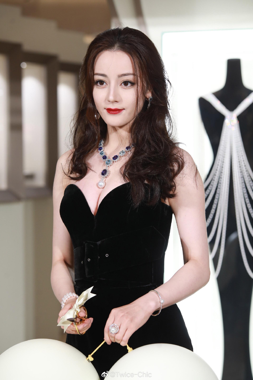 迪麗熱巴以亞洲代言人的身份,出席珠寶品牌開幕禮。(微博@Twice-Chic)