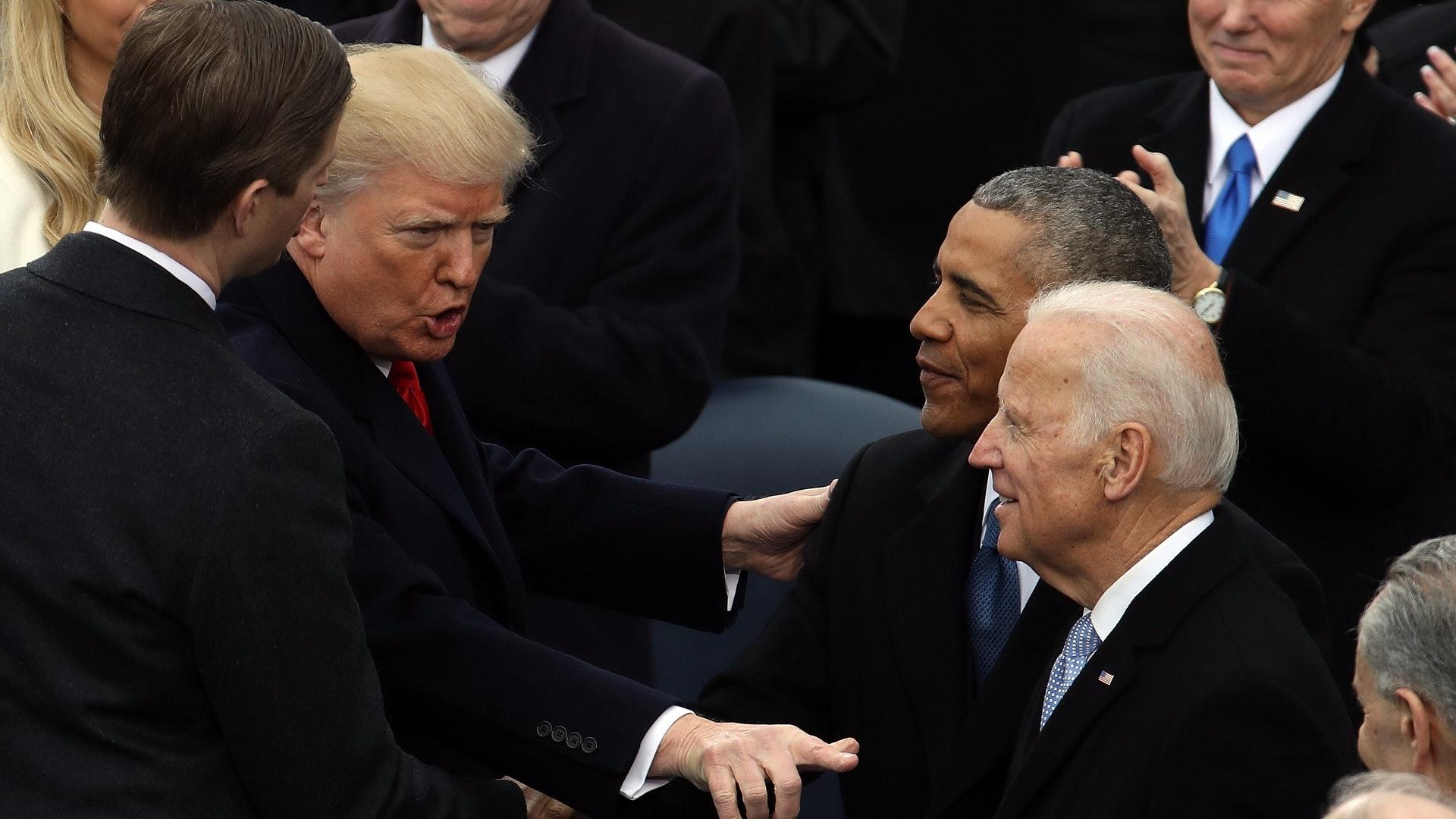 美国大选:现任总统特朗普及前副总统拜登的首场总统选举辩论,于9月29日在印第安纳州圣母大学举行。 图为2017年1月20日,特朗普(左二)在美国国会宣誓成为总统,并获前总统奥巴马(右二)及拜登(右一)祝贺。 (Getty )