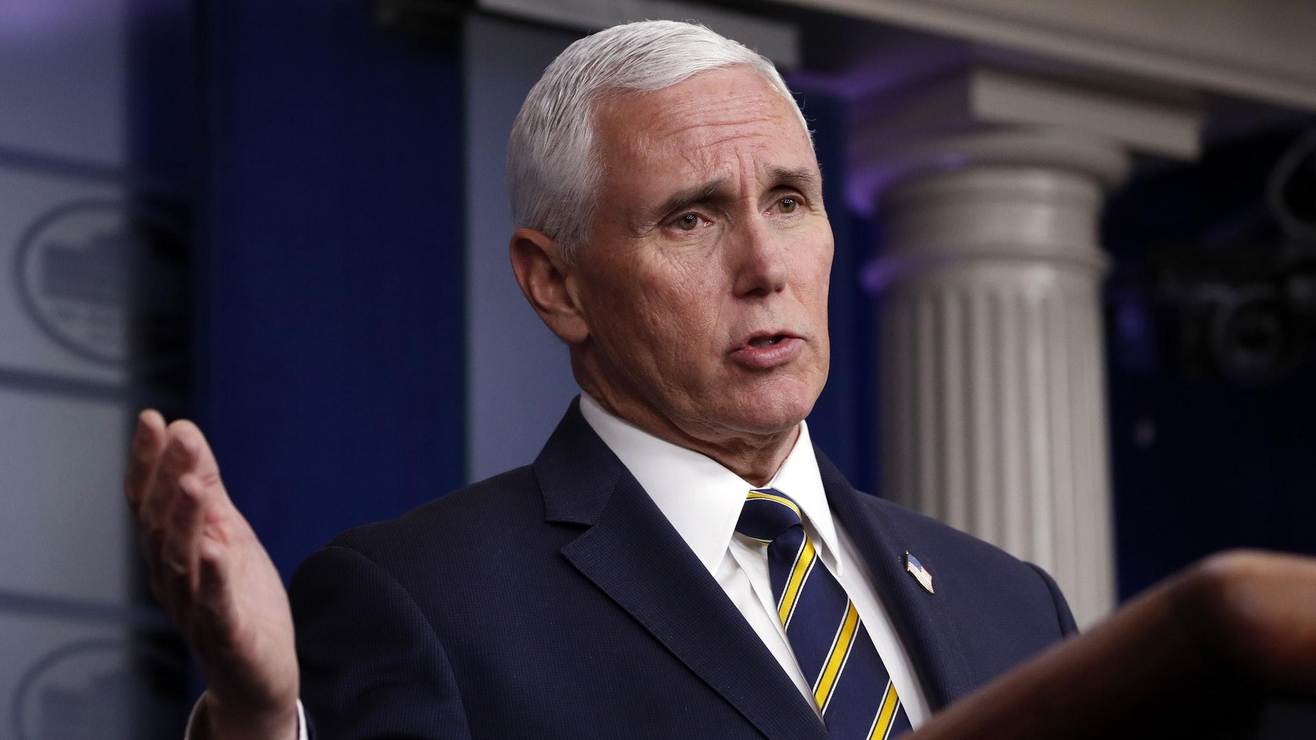 美国大选:副总统辩论于10月7日在盐湖城的犹他大学举行,现任副总统彭斯会与拜登的副手辩论。 图为2020年4月22日,彭斯在白宫向记者报告新型冠状病毒肺炎疫情。 (AP)