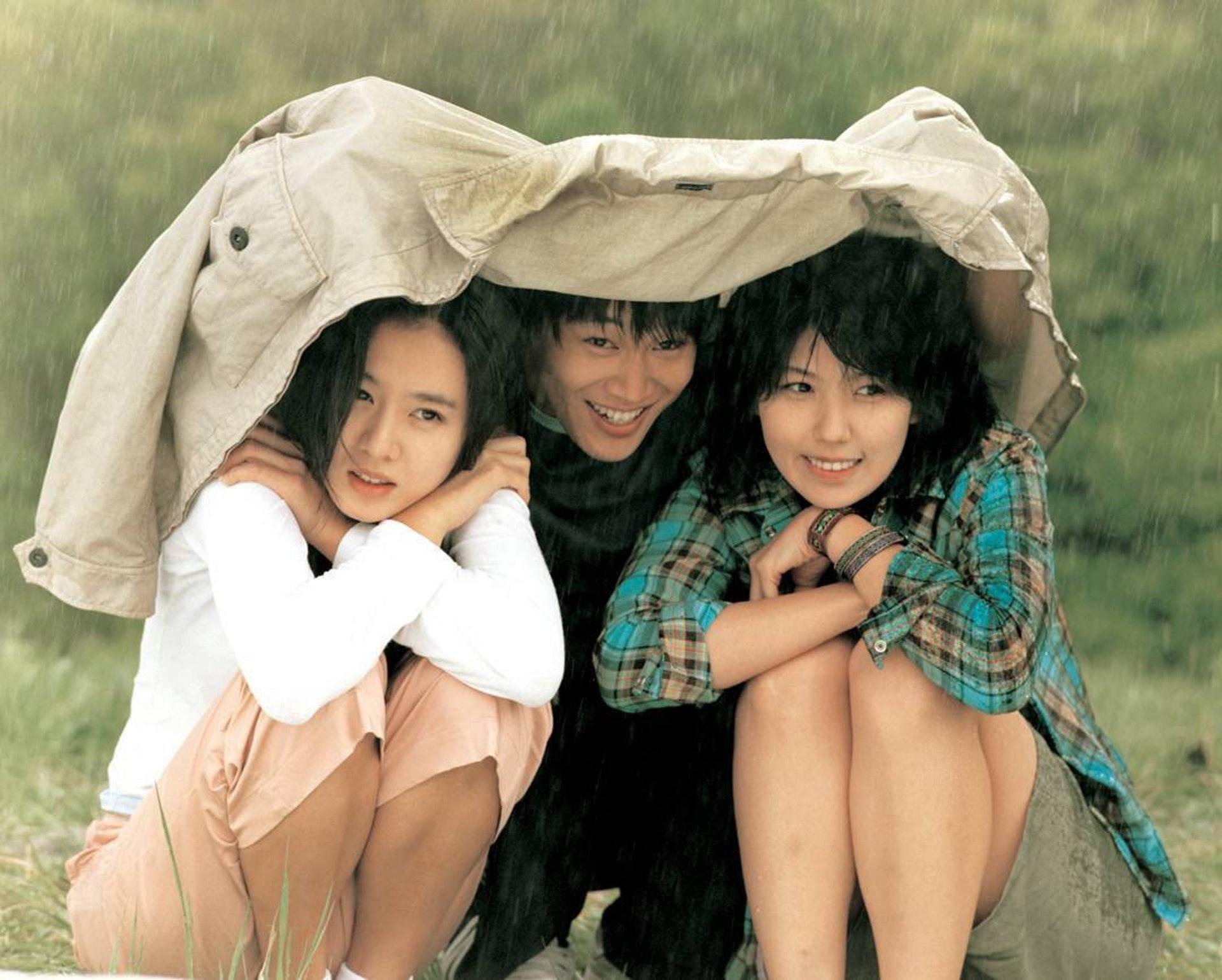 李恩宙(右)於2002年與車太鉉(中)和孫藝珍(左)拍電影《向左愛向右愛》。(網上圖片)