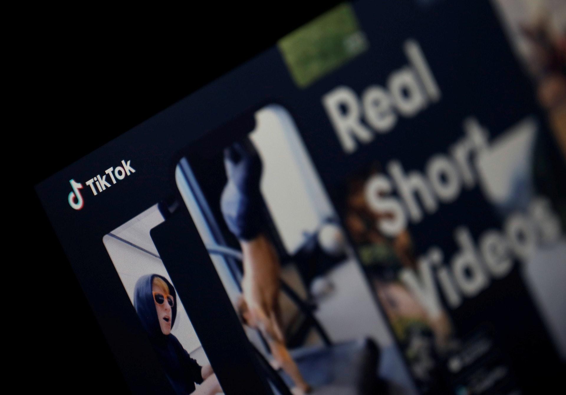 美国「封杀」TikTok:美国科技网站9to5Google在2020年7月31日报道,华府计划禁止它在美国营运。 美国政府有声音认为TikTok有可能跟中国政府分享用户个人资料,对美国国家安全构成威胁。 但TikTok否认其事。 图为2019年2月21日TikTok的标志显示在一部智能手机上。 (Reuters)