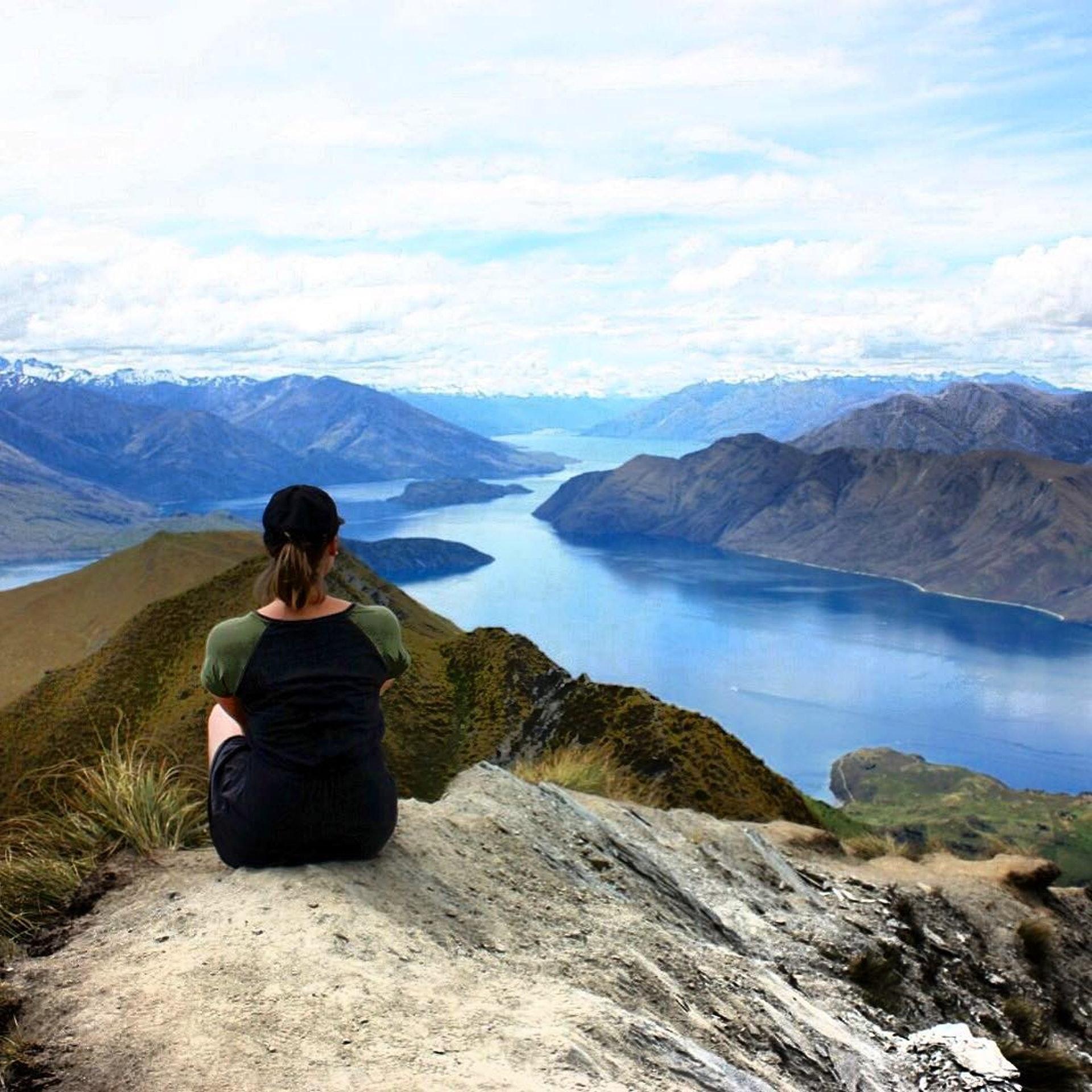 紐西蘭羅伊峰是當地最有人氣的景點之一,大批遊客專程去打卡拍照。(「Rob Roys Peak Track Wanaka」IG圖片)