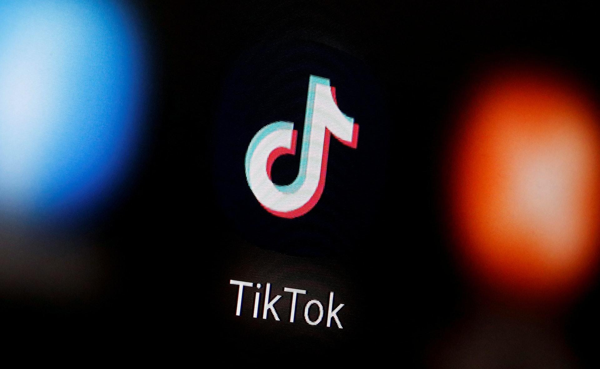 美国「封杀」TikTok:这个应用程式让用户上载有短片,同时提供易用的编辑技巧,让用家可在手机上轻易进行编辑。 图为2020年1月6日的图片,相中可见TikTok标志显示在一部智能手机上。 (Reuters)