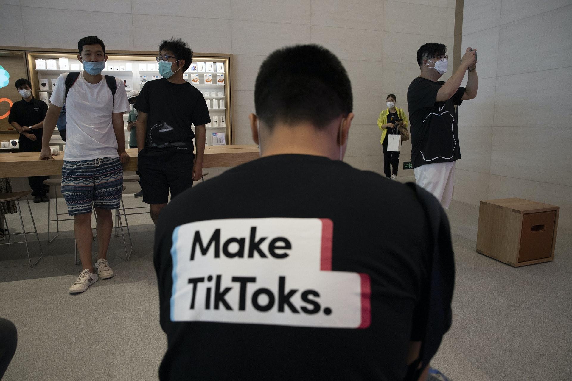 美国「封杀」TikTok:短片分享应用程式TikTok最近成为中美角力中备受冲击的对象。 2019年美国已就其母公司字节跳动收购美国社交应用程式Muscial.ly对国家安全影响进行检视。 图为7月17日一名男子穿上宣传TikTok字句的汗衫,坐在位于北京的苹果公司门市内。