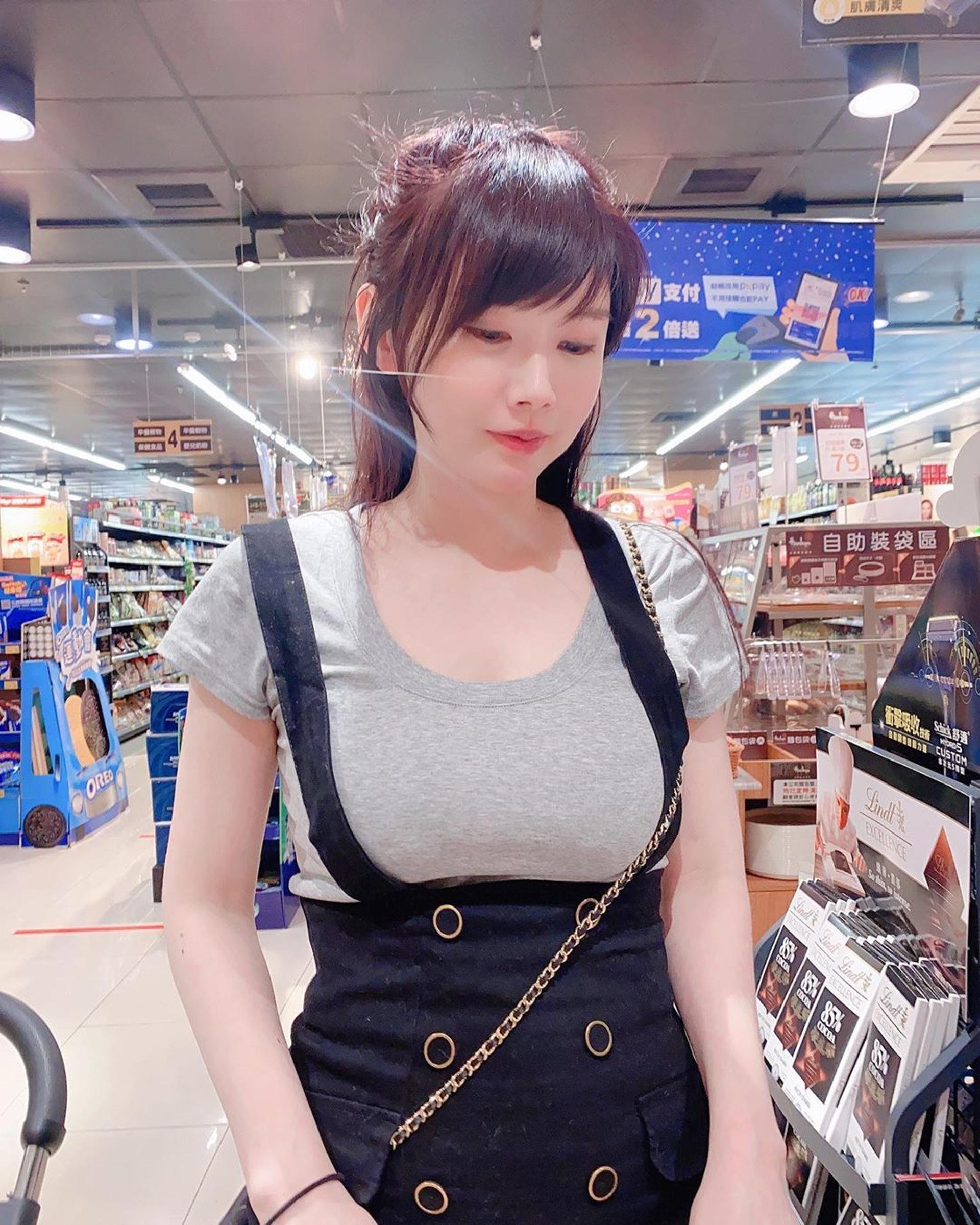 姚采辰逛超市時,時著相當保守。(姚采辰IG)