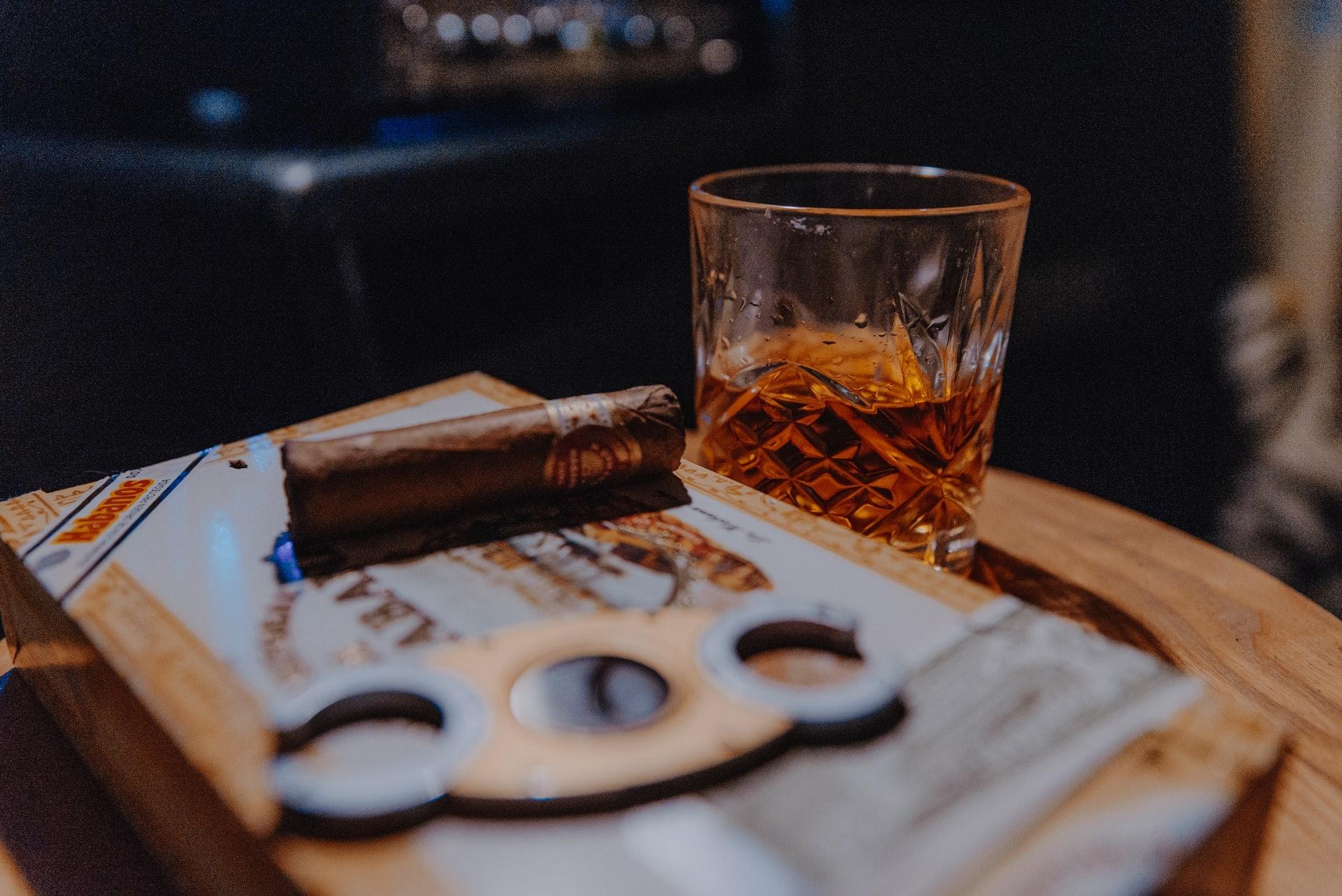 別以為有掛杯(tears/legs)就代表是好的威士忌,其實以它的酒精濃度,有掛杯是正常不過的事(圖片來源:Unsplash@natalieparham)