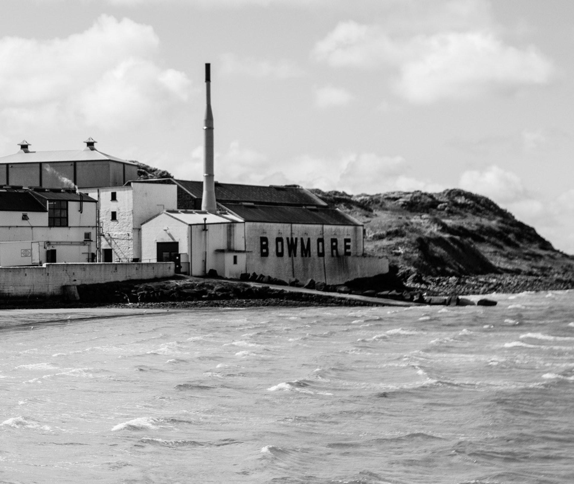 艾雷島有一酒廠Bowmore擅於釀造雪莉桶泥煤威士忌。雪莉桶有時帶有硫磺味,很容易被泥煤味突顯出來,所以要釀得好都花一番功夫(圖片來源:islay.com)