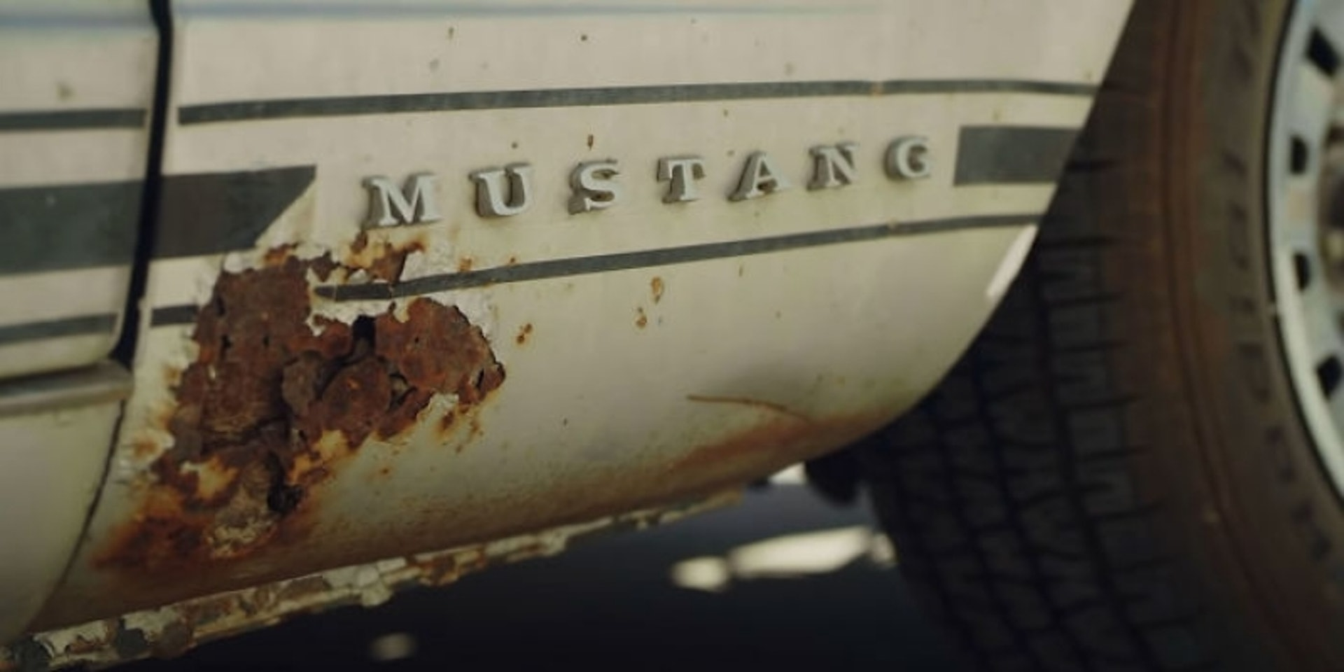 Lisa Bonet人生中第一部車是1965年「Ford Mustang」,愛車對她很有紀念價值。(影片截圖)