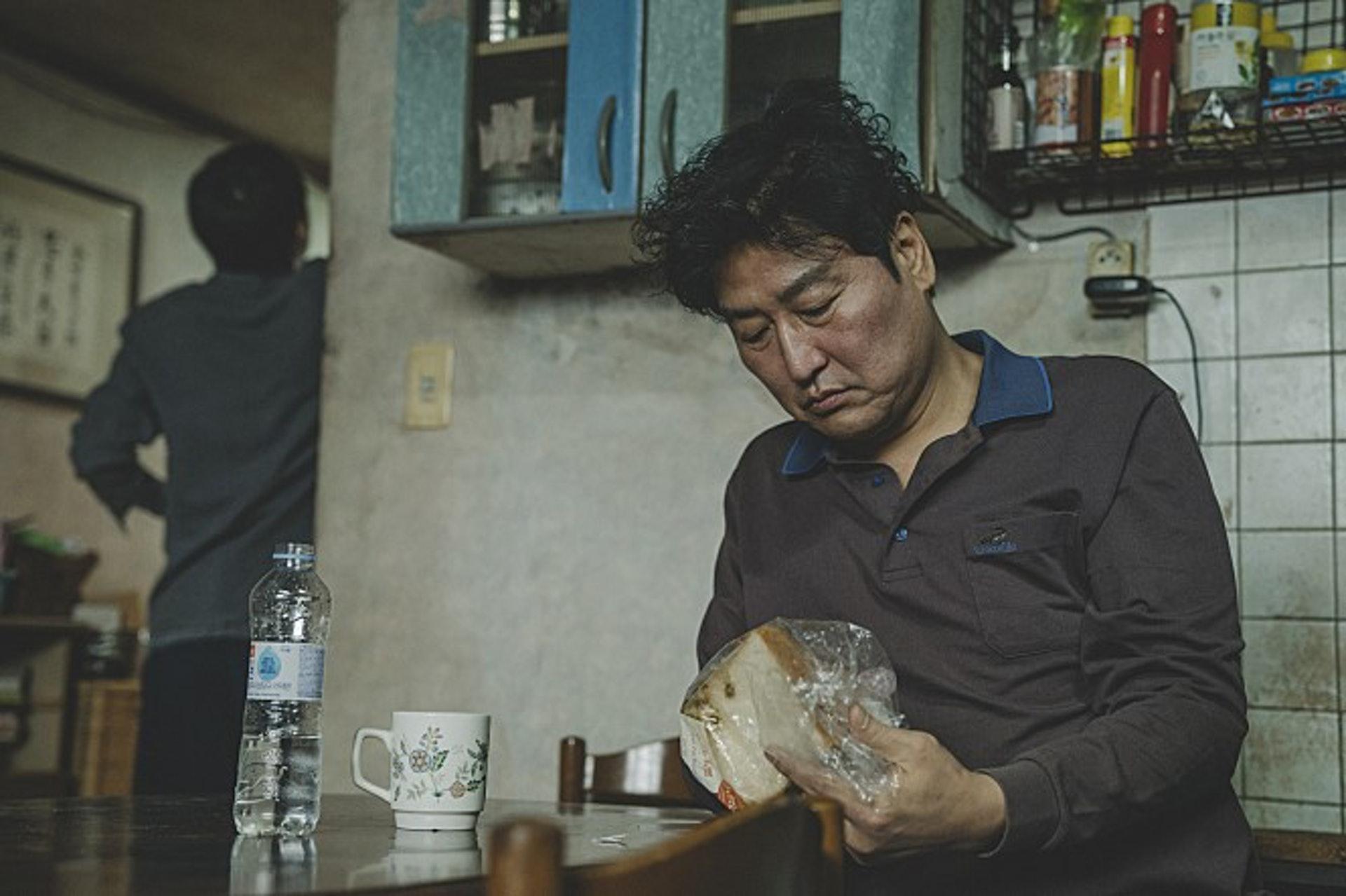 據知警方在櫻田愛實家中廁所的天花板上,發現了犯人吃剩後遺下的麵包包裝。(電影劇照)