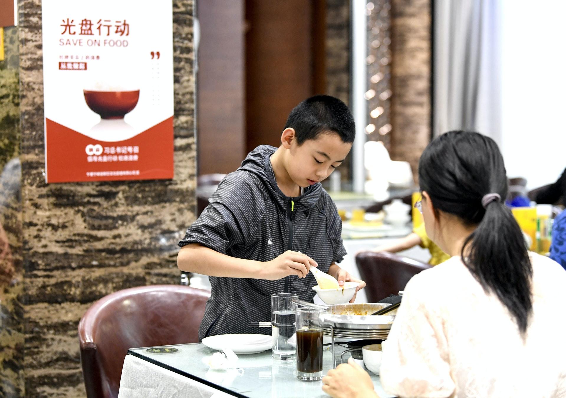 全國各地餐飲協會推行點餐節約的「光盤行動」,成為民眾的熱議話題。(新華社)