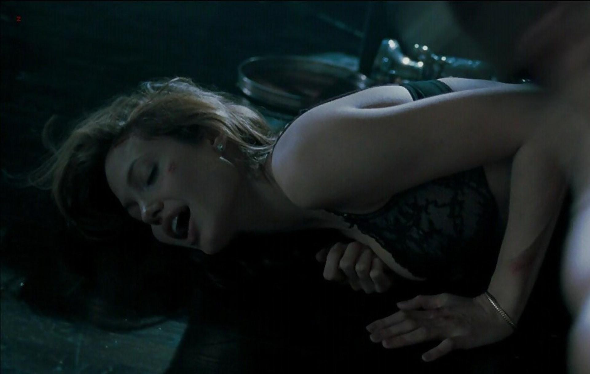 唔係個個都可以好似畢彼特同安祖蓮娜·祖莉在《史密夫決戰史密妻》熱戀的同時,又一同拍到親密戲。(影片擷圖)