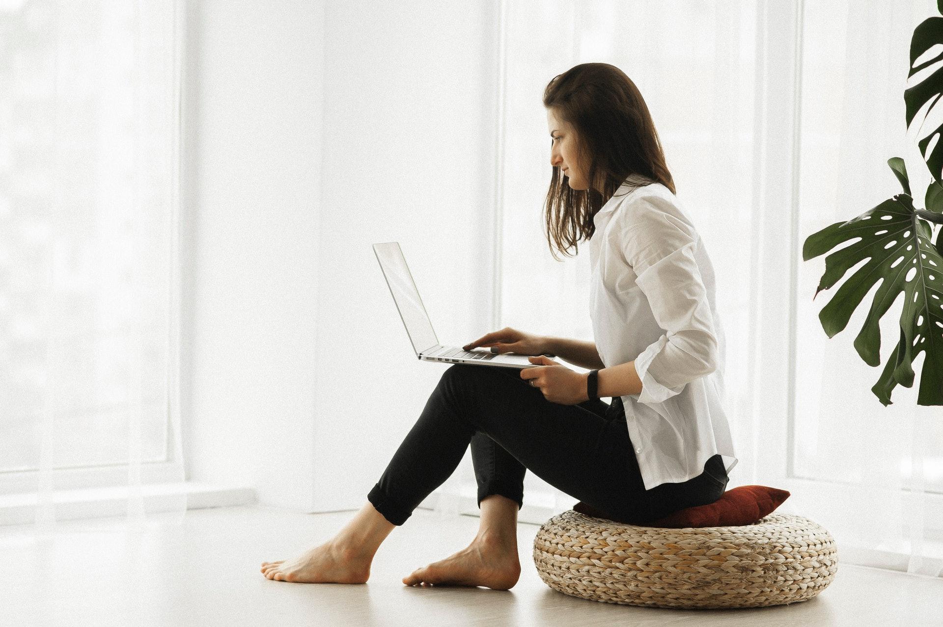 玩手機、手提電腦和平板電腦少不免會將頭部向前伸。(Mary Eineman/unsplash)