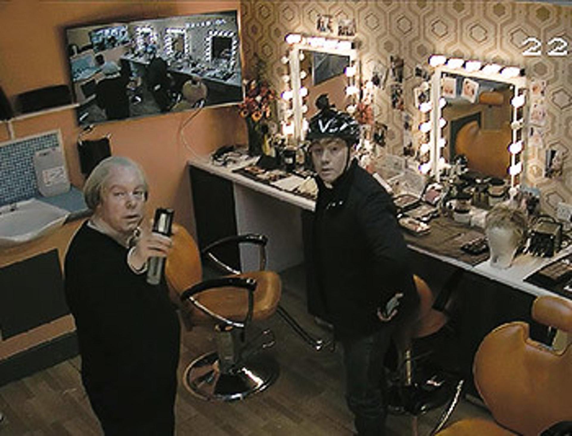 觀眾在實時監控畫面中看見兩位主角在拍劇期間撞鬼,究竟是真是假?(影片截圖)