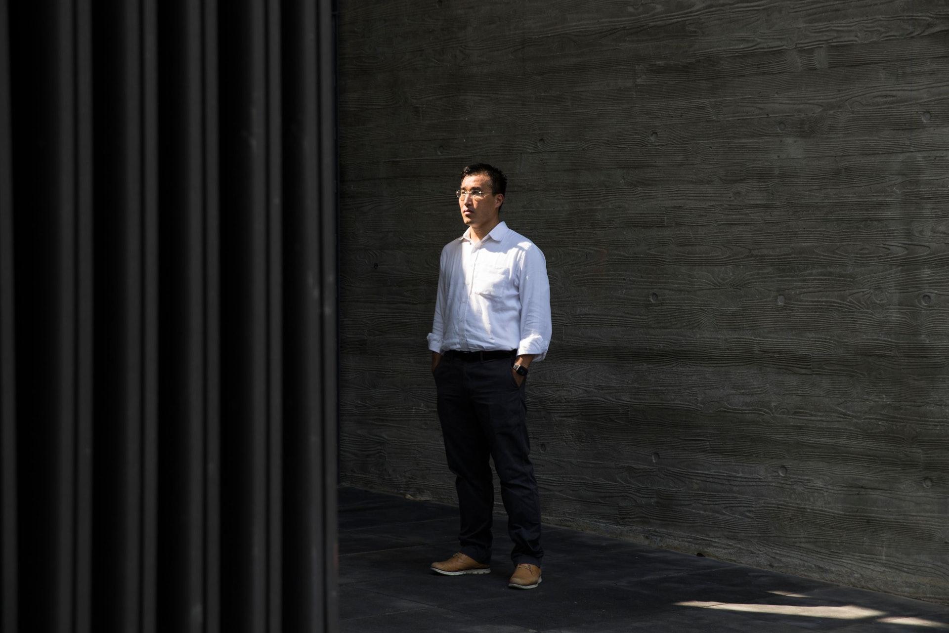 7年出版5本《築覺》系列書籍的建築師許允恆,說車公廟體育館的清水混凝土工藝水平進步不少。(余俊亮 攝)
