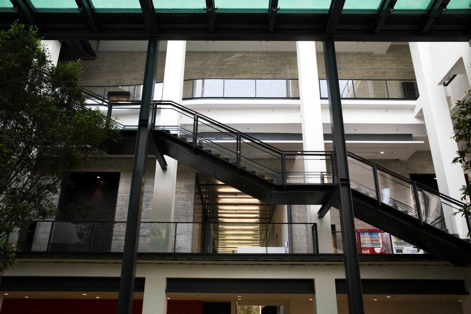 車公廟體育館室內的空間佈局有別於傳統的體育館,通道之外,製造更多予人停留的空間。(余俊亮 攝)