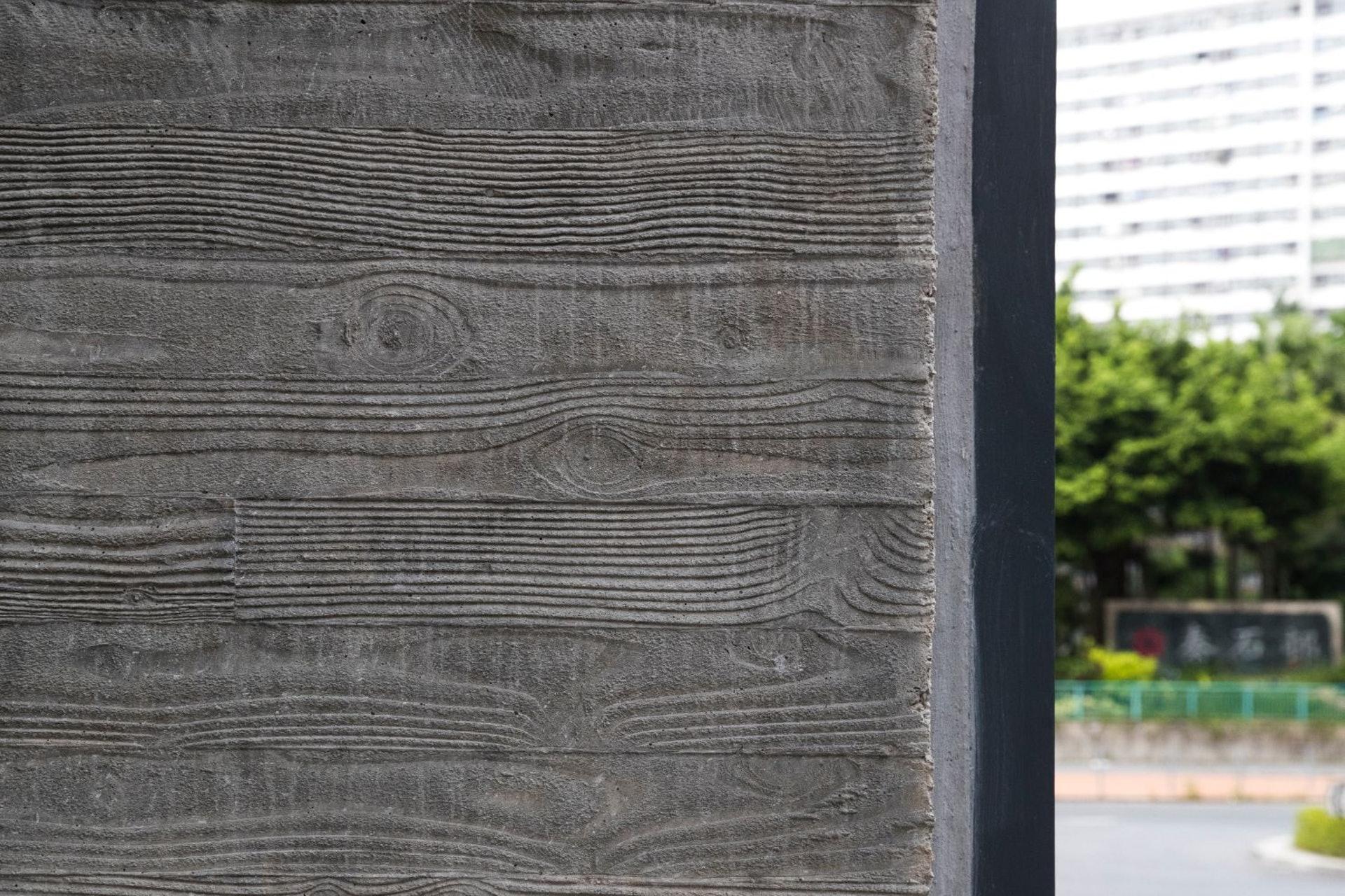 以有深刻木紋的木板來做模板,然後倒進水泥,讓混凝土的表面有另一種質感,作為外牆的點綴。(余俊亮 攝)