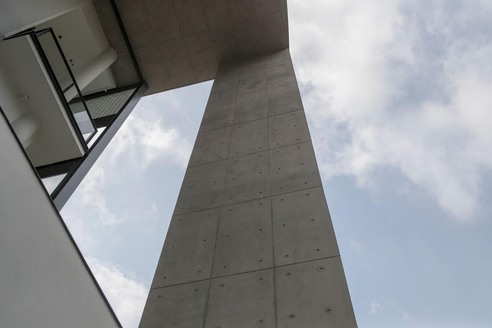 建築物用上清水混凝土,因為以混凝土直接作為建築物的外觀,講求很高的工藝水準。(余俊亮 攝)