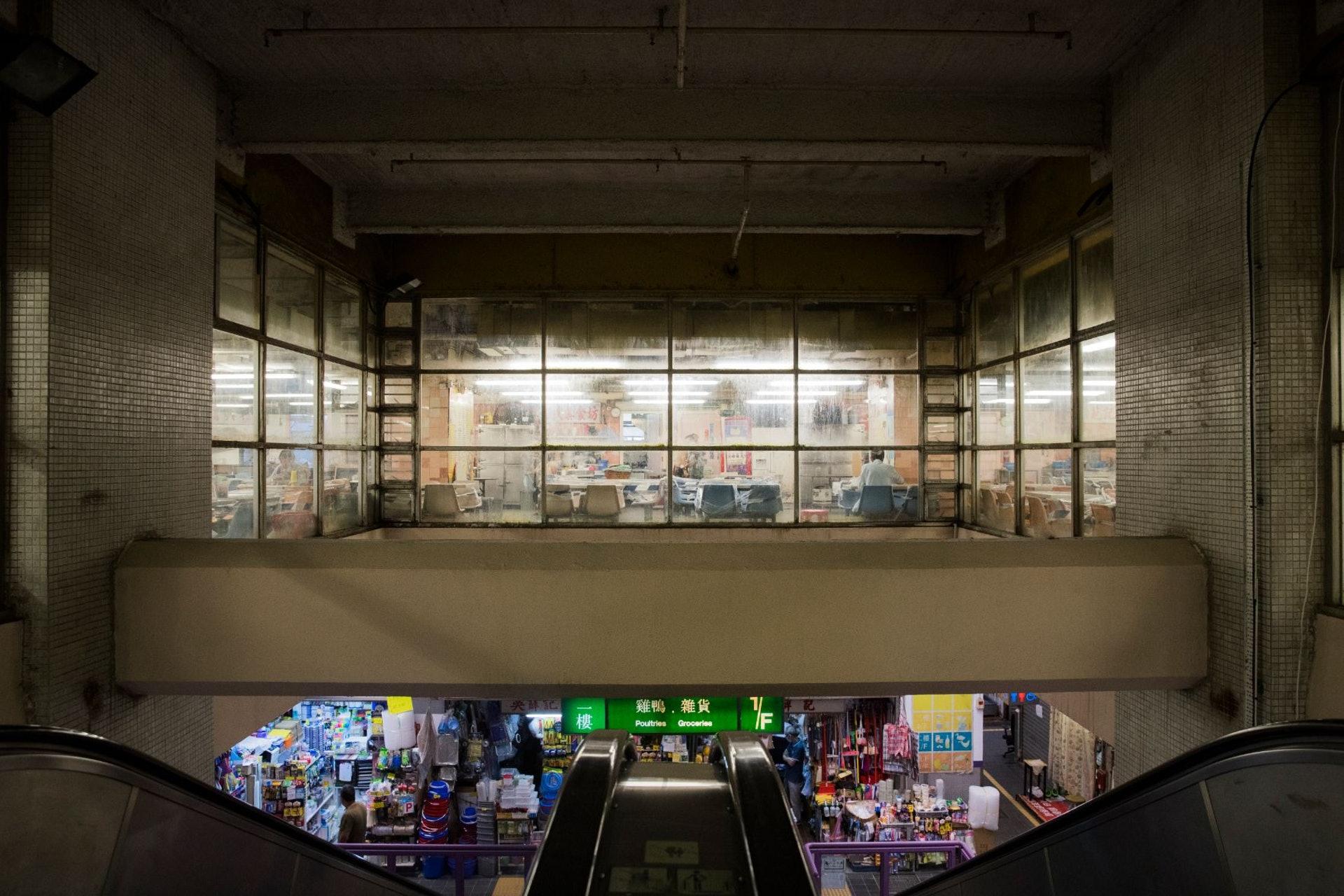 80年代落成的巿政大廈,地下多為街巿,街巿之上有熟食中心。(余俊亮 攝)