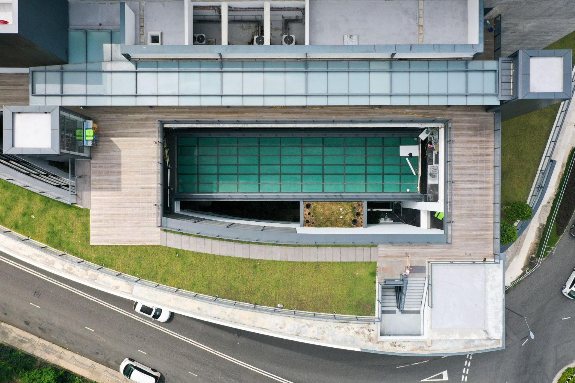 車公廟體育館去年落成,尚未正式開放使用,最近有國際建築網站刊登它的照片,引起討論。(余俊亮 攝)
