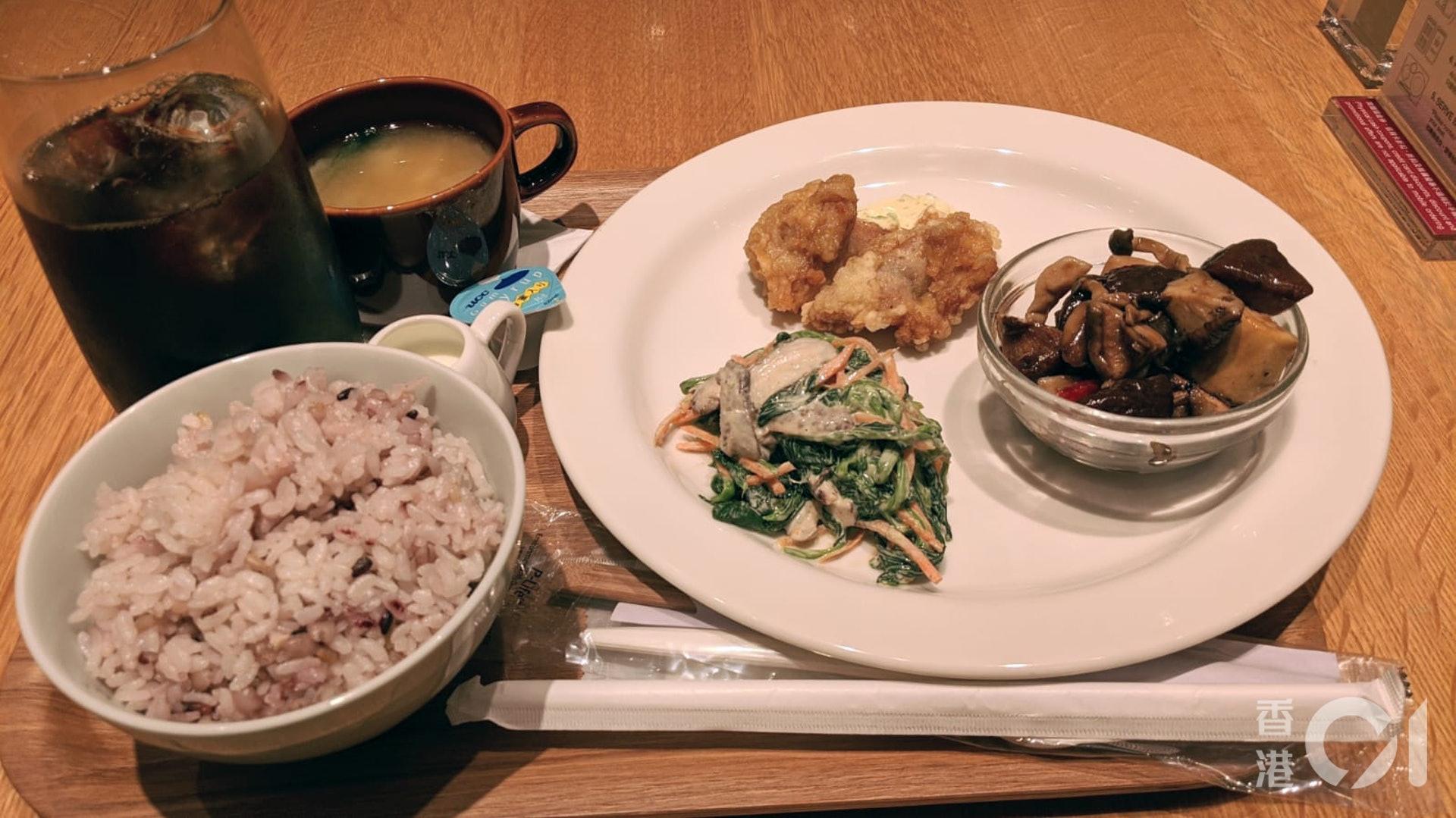 記者推介大家食三品料理,一個套餐可以食到兩款冷盤及一款熱盤,並包括飯及餐湯,十分飽肚。