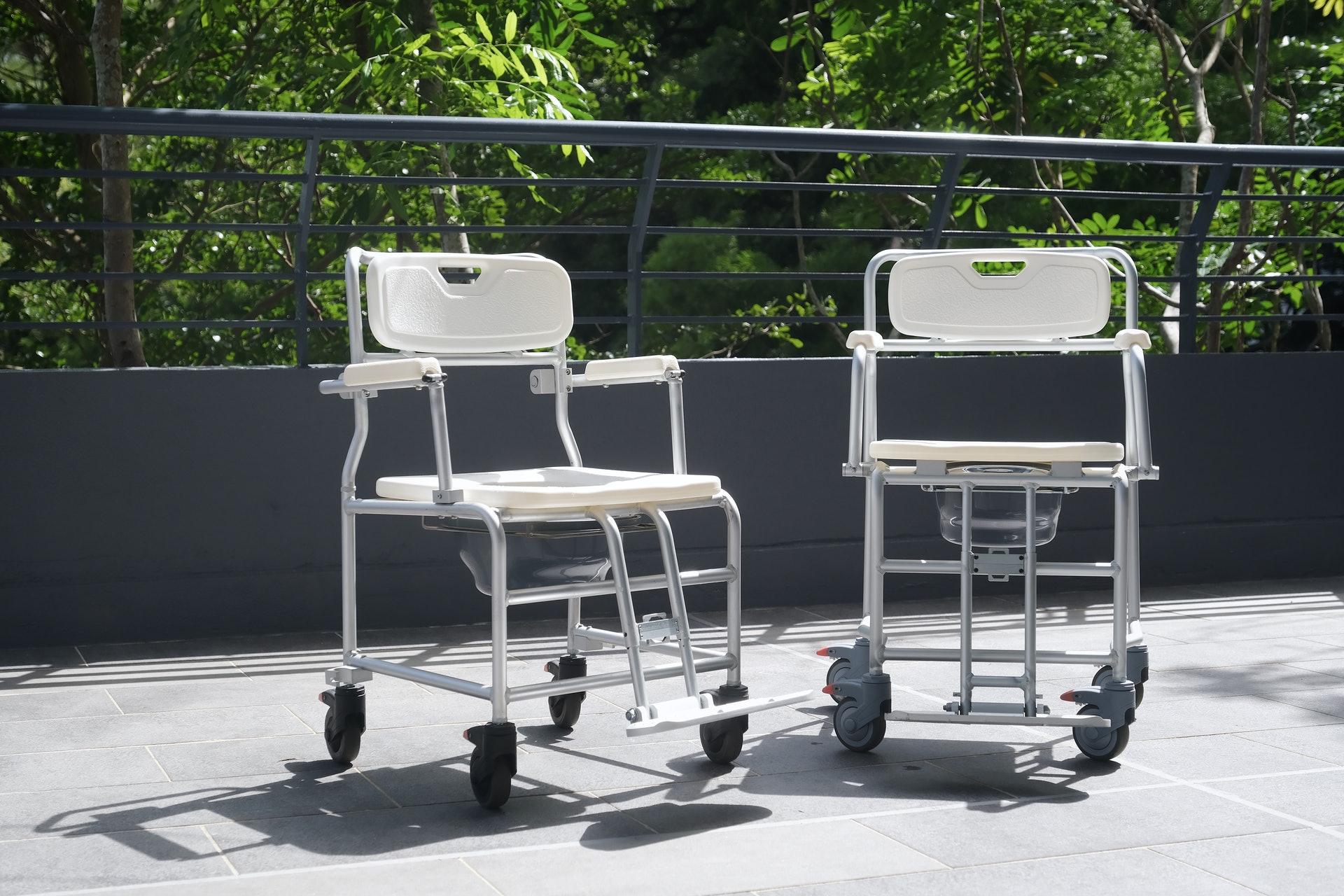 團隊最新設計的長者用便椅,具備特別防跌設計,便椅坐板角度微微向後傾斜,令身體重心靠後。(歐嘉樂攝)
