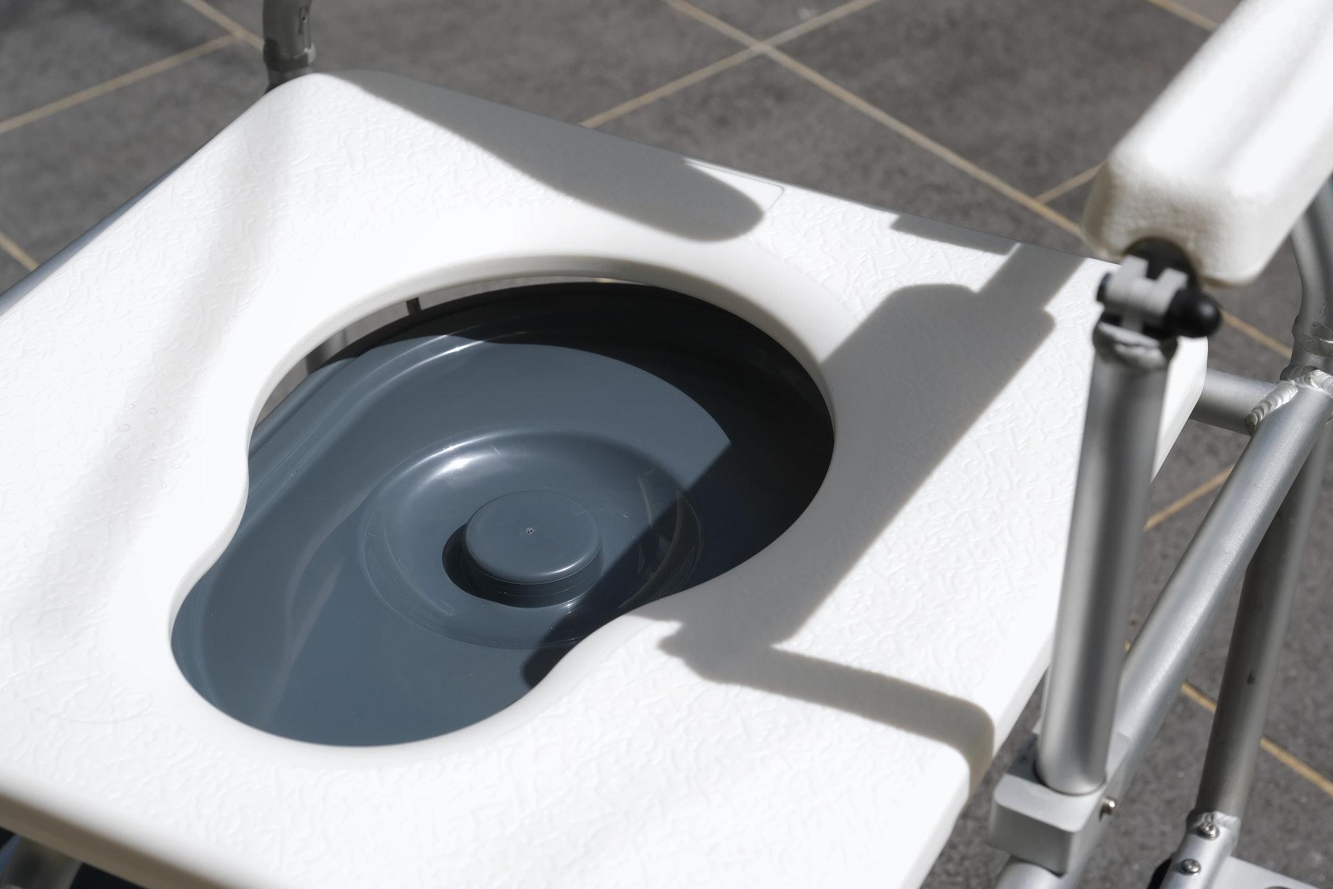 便椅可直接套落馬桶使用,或安裝廁盤讓長者如廁。(歐嘉樂攝)