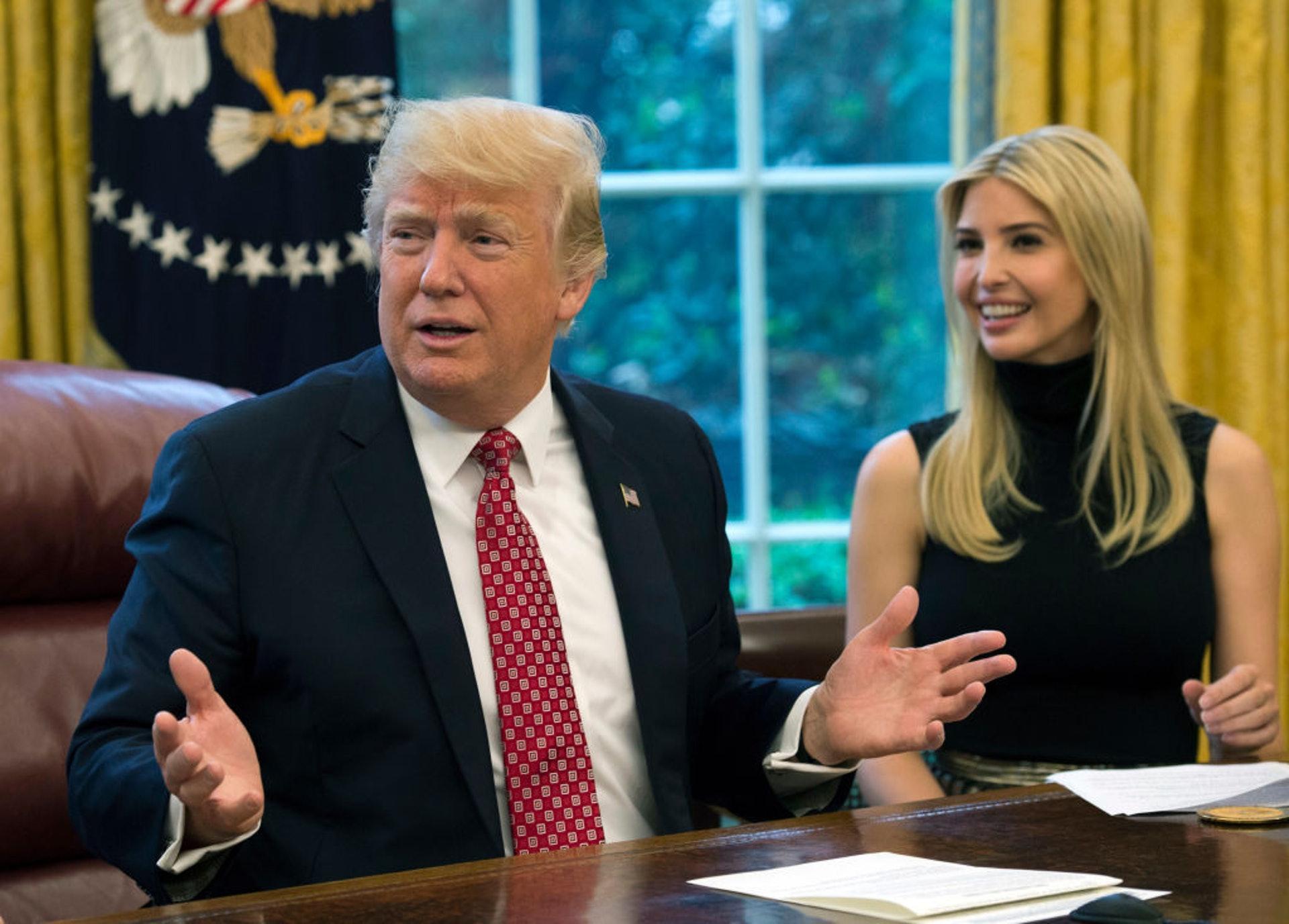 美國第一千金伊萬卡:伊萬卡2018年7月宣布關閉自家品牌,專注白宮事務。作為其中一個特朗普最親密的人,她經常陪同特朗普出席商務會議及與各國領導人會面。圖為她2017年4月24日,伊萬卡在白宮橢圓形辦公室與特朗普一起出席網上新聞發布會。(Getty)