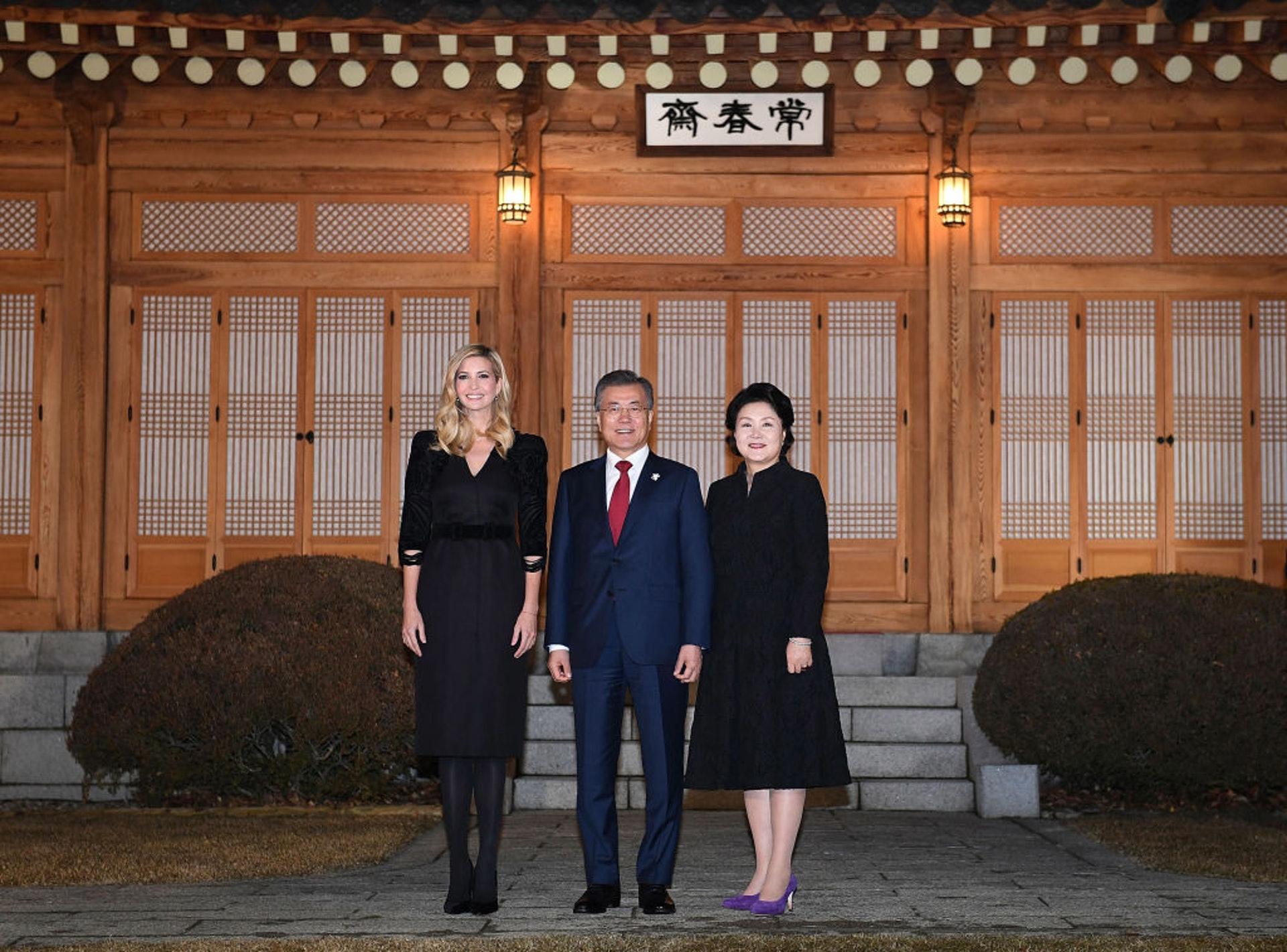 美國第一千金伊萬卡:她曾多次代表美國出席國際盛事,圖為她2018年到韓國出席平昌冬奧時,2月23日在首爾與韓國總統文在寅夫婦合照。(Getty)