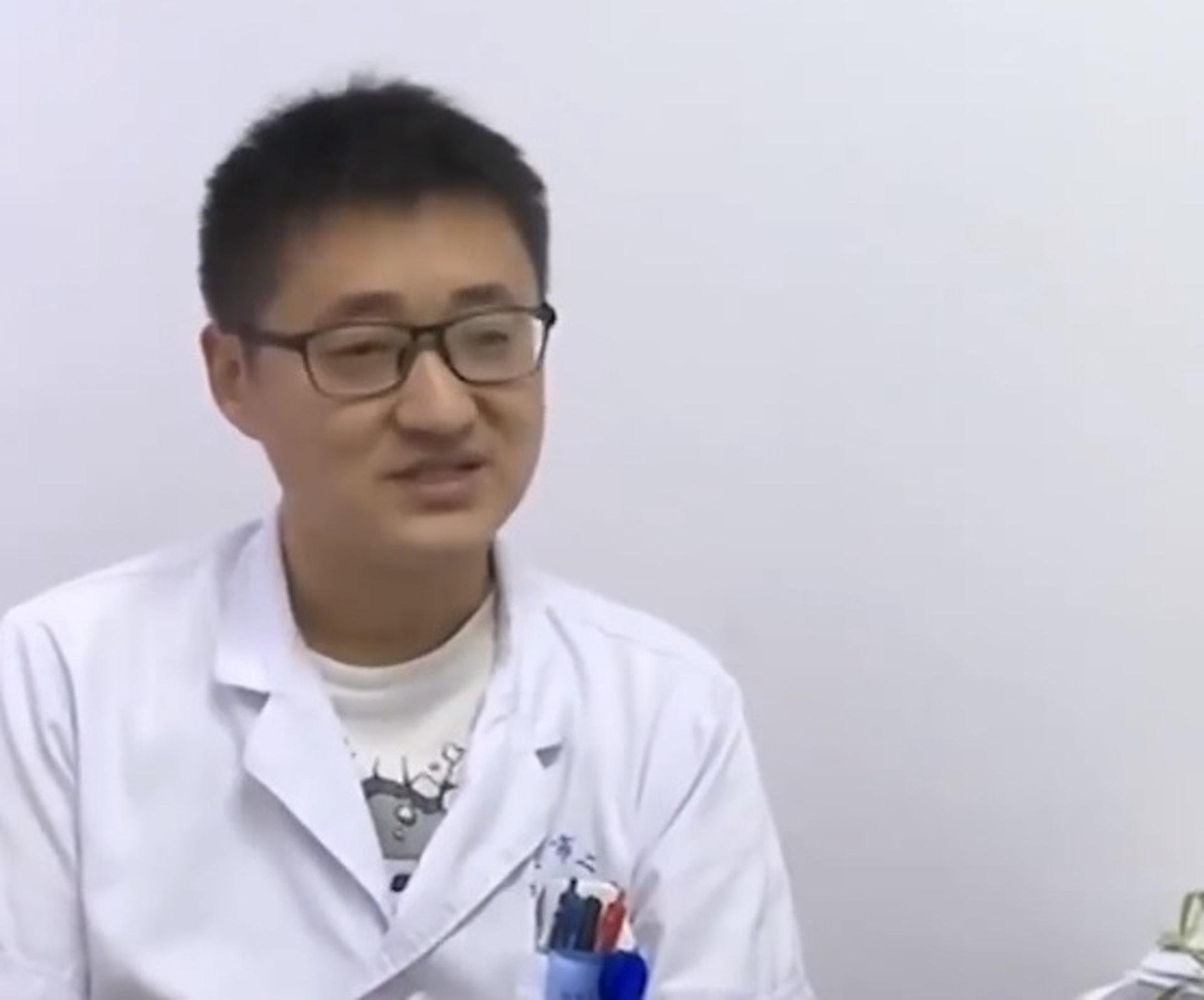 骨科主診醫生王磊表示,因為外固定支架的釘道受嚴重感染,引起骨髓炎,男事主很可能會終身殘廢。(微博影片截圖)