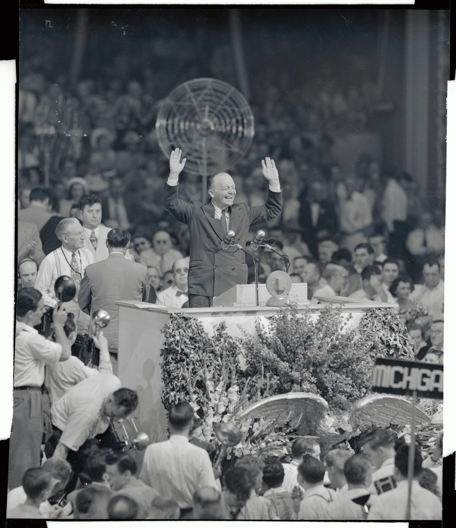 美国总统候选人辩论2:美国明尼苏达州前州长史塔生和纽约州时任州长杜威1948年参与共和党总统初选,二人初选期间举行一场有关美国共产主义的单一议题辩论。 图为1948年6月史塔生站在共和党全国代表大会的主席台,宣布退出初选,并呼吁支持杜威。 (Getty)