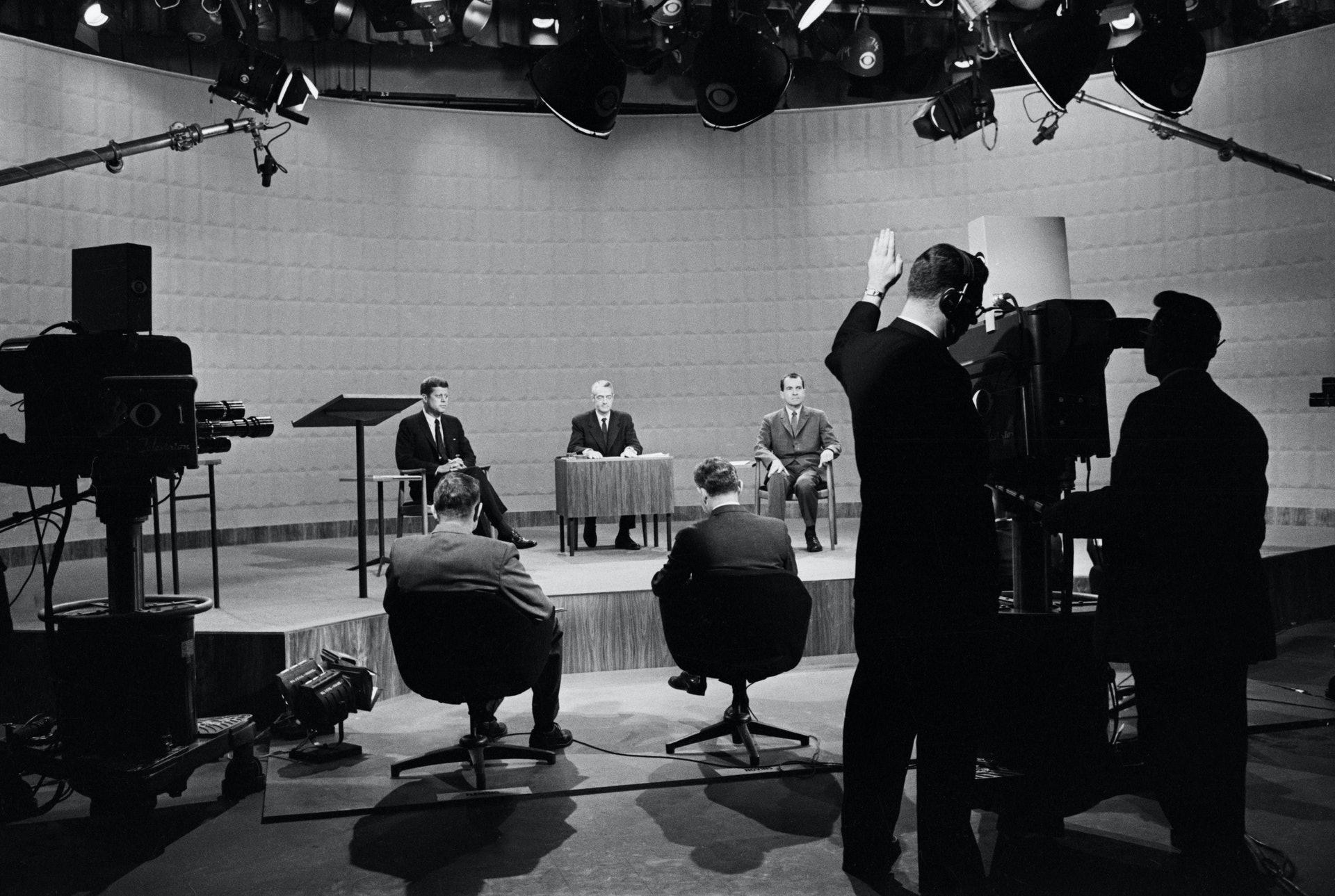美国总统候选人辩论3:分别仍是副总统及参议员的尼克逊和甘迺迪在1960年总统大选中角逐。 他们进行美国史上首次有电视转播的大选辩论。 尼克逊在辩论期间全程不停抹汗,与年纪较轻的甘迺迪相比,显得很紧张。 图为1960年9月26日甘迺迪和尼克逊进行电视辩论。 (Getty)