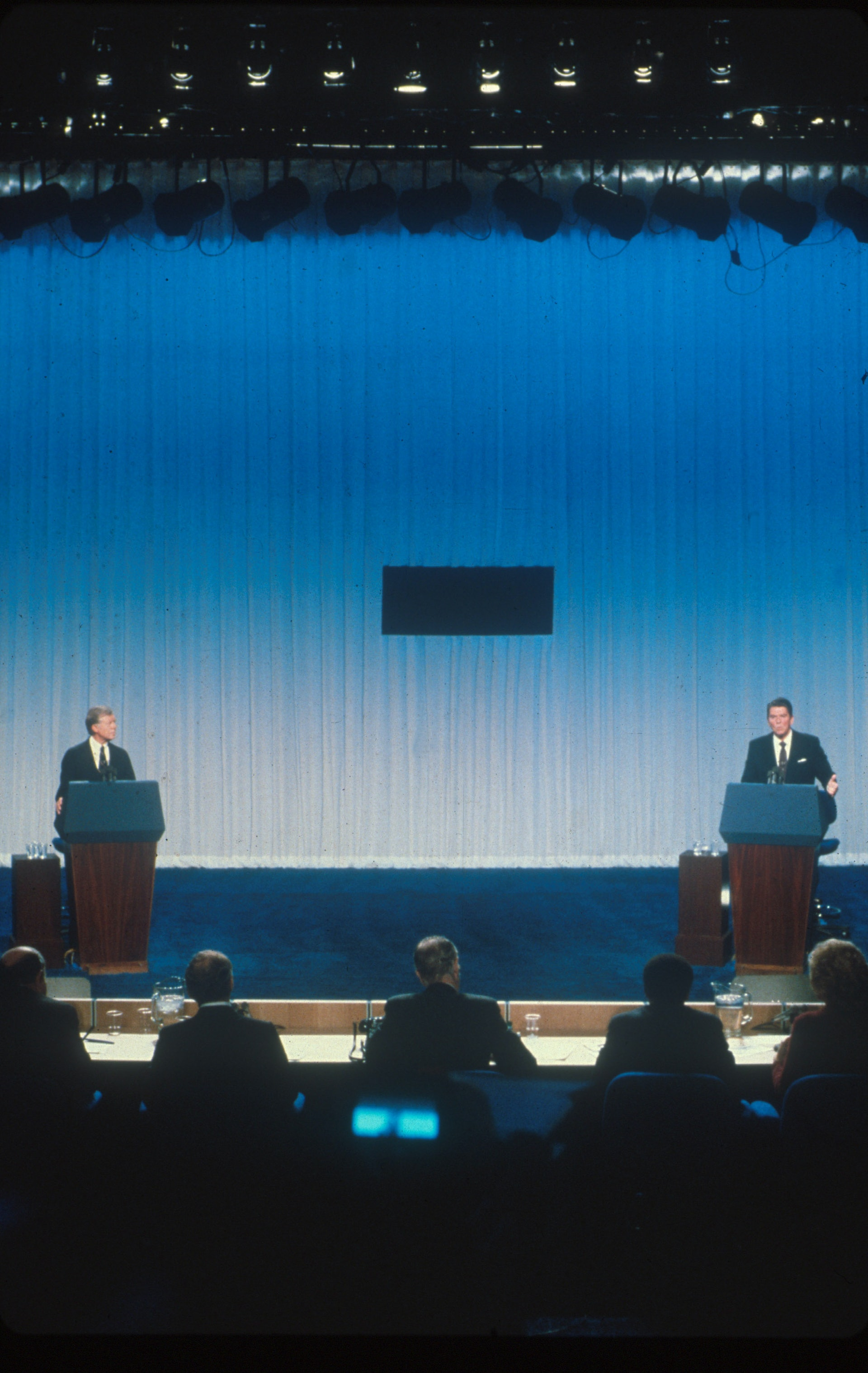 美国总统候选人辩论5:美国加州前州长列根1980年与时任总统卡特参加当年的总统大选。 列根在与卡特辩论时,请观众们想一想他们生活是否比卡特当选总统前要好。 列根的亲和力有助他与很多观众良好沟通。 图为1980年10月31日,卡特和列根身在辩论会场。 (Getty)
