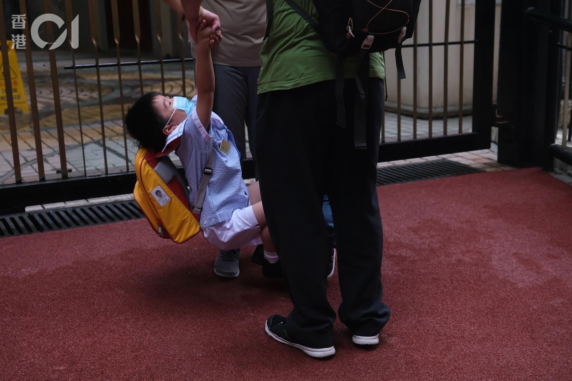 爸媽難捨小朋友入校園。