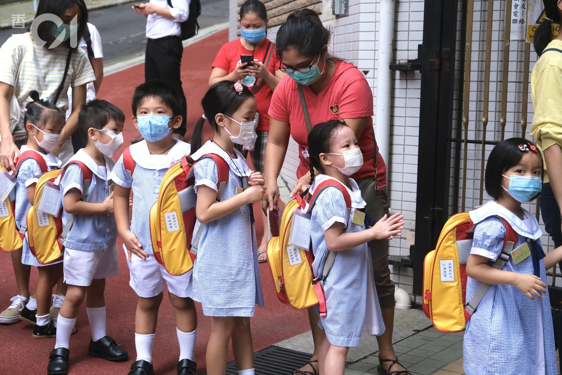父母早早到校門,送孩子上學。