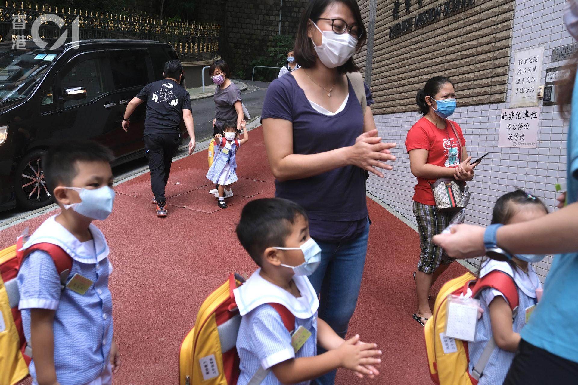 入校門已需消毒雙手。