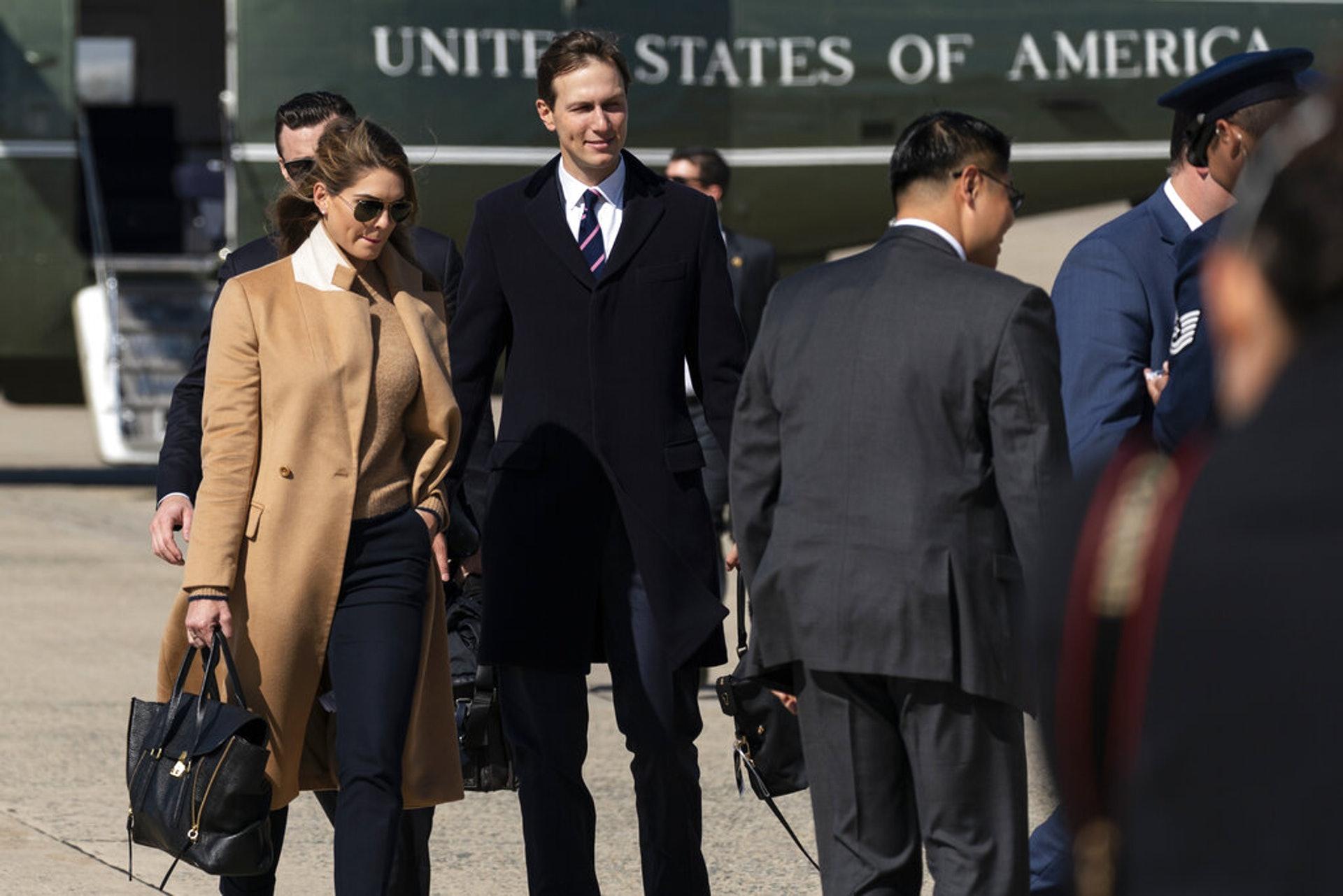 美國總統特朗普2020年10月1日晚證實他的高級助理希克斯確診新冠肺炎。圖為她9月30日在安德魯斯空軍基地,自海軍一號直升機下來,前往陪同特朗普乘總統專機,飛往俄亥俄州參加第一場總統候選人辯論。(AP)
