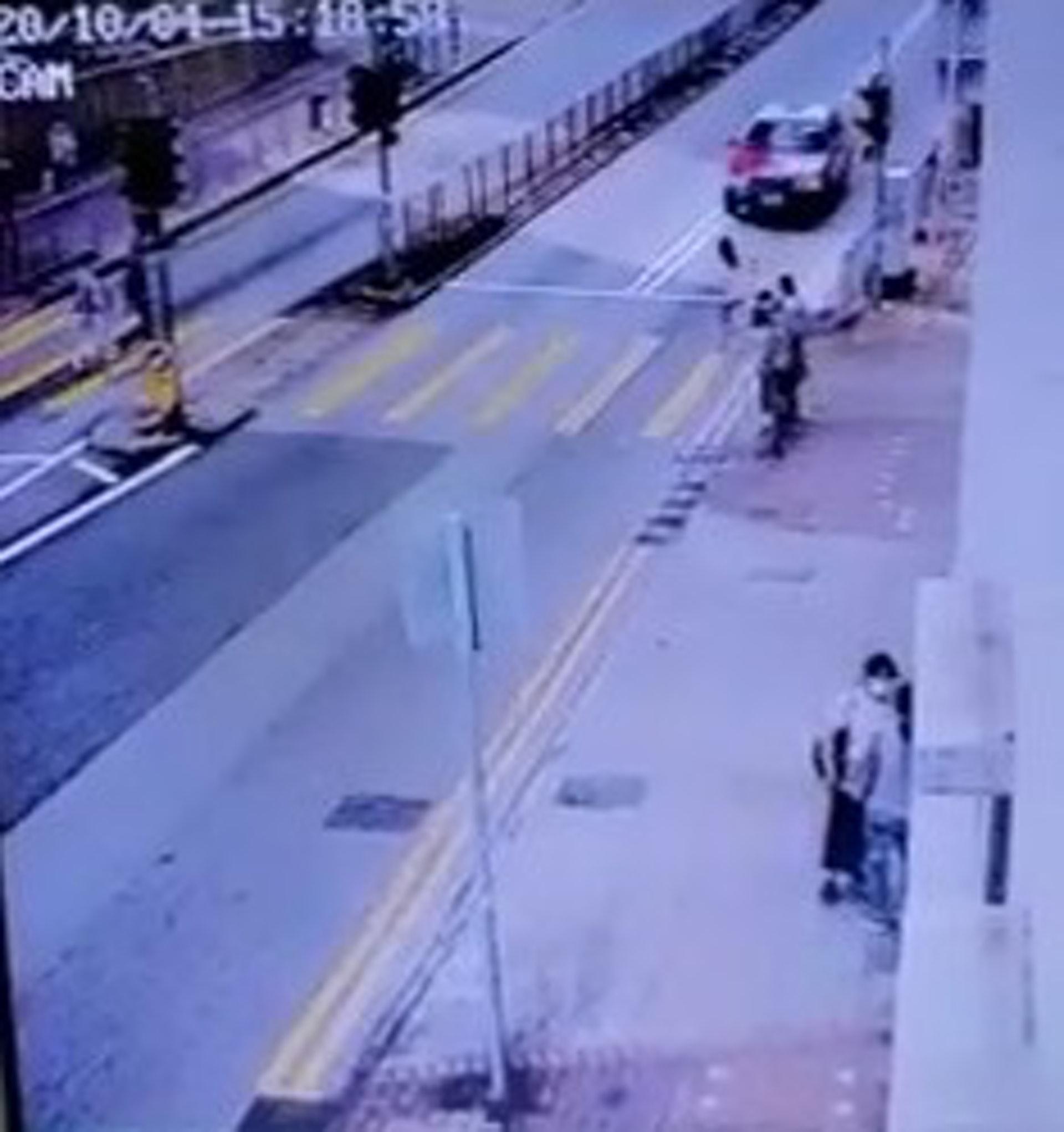 女事主步出過路時,涉案的士疑越雙白線駛至。(網上影片截圖)