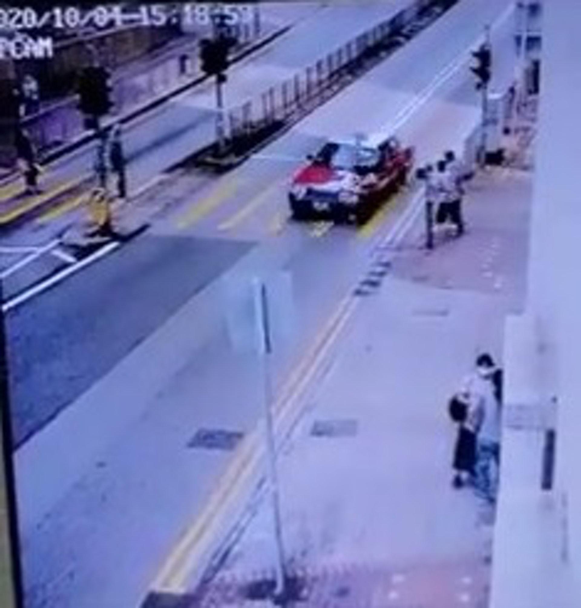 女事主步出過路時,涉案的士疑越雙白線駛至,左邊車頭將事主撞到。(網上影片截圖)