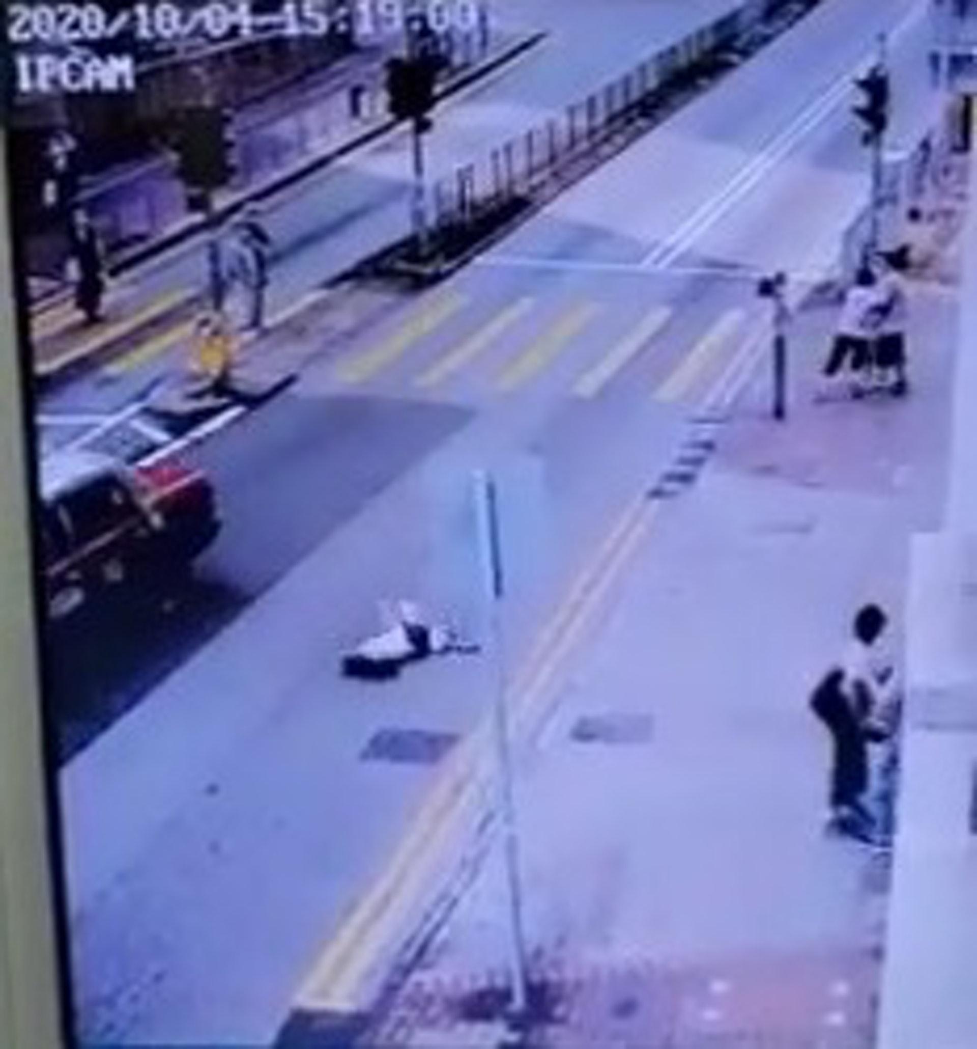 事主飛彈倒地;的士則扭右衝前後停下。(網上影片截圖)