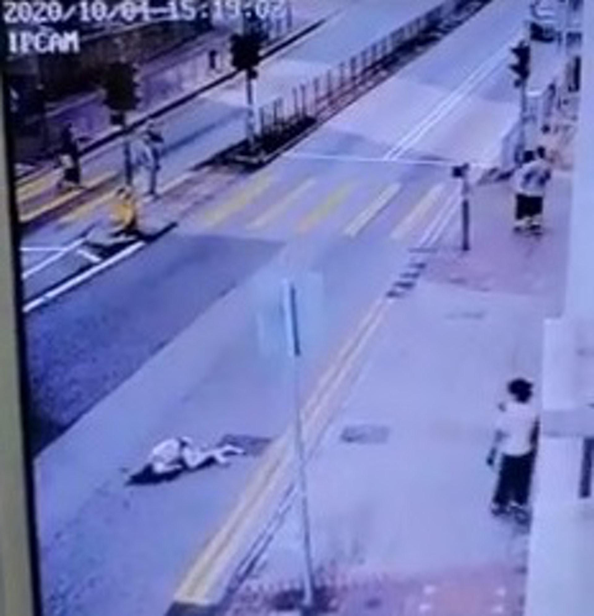 事主飛彈近10米後倒地;的士則扭右衝前後停下。(網上影片截圖)