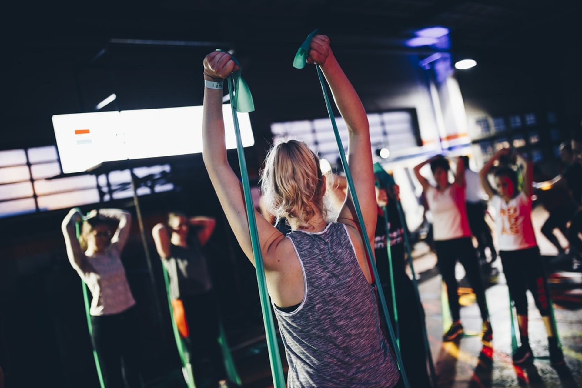 彈力帶是運動新手的入門之選,相較其他運動,如重量訓練,受傷的機會較低。(Unsplash_shotsbywolf)