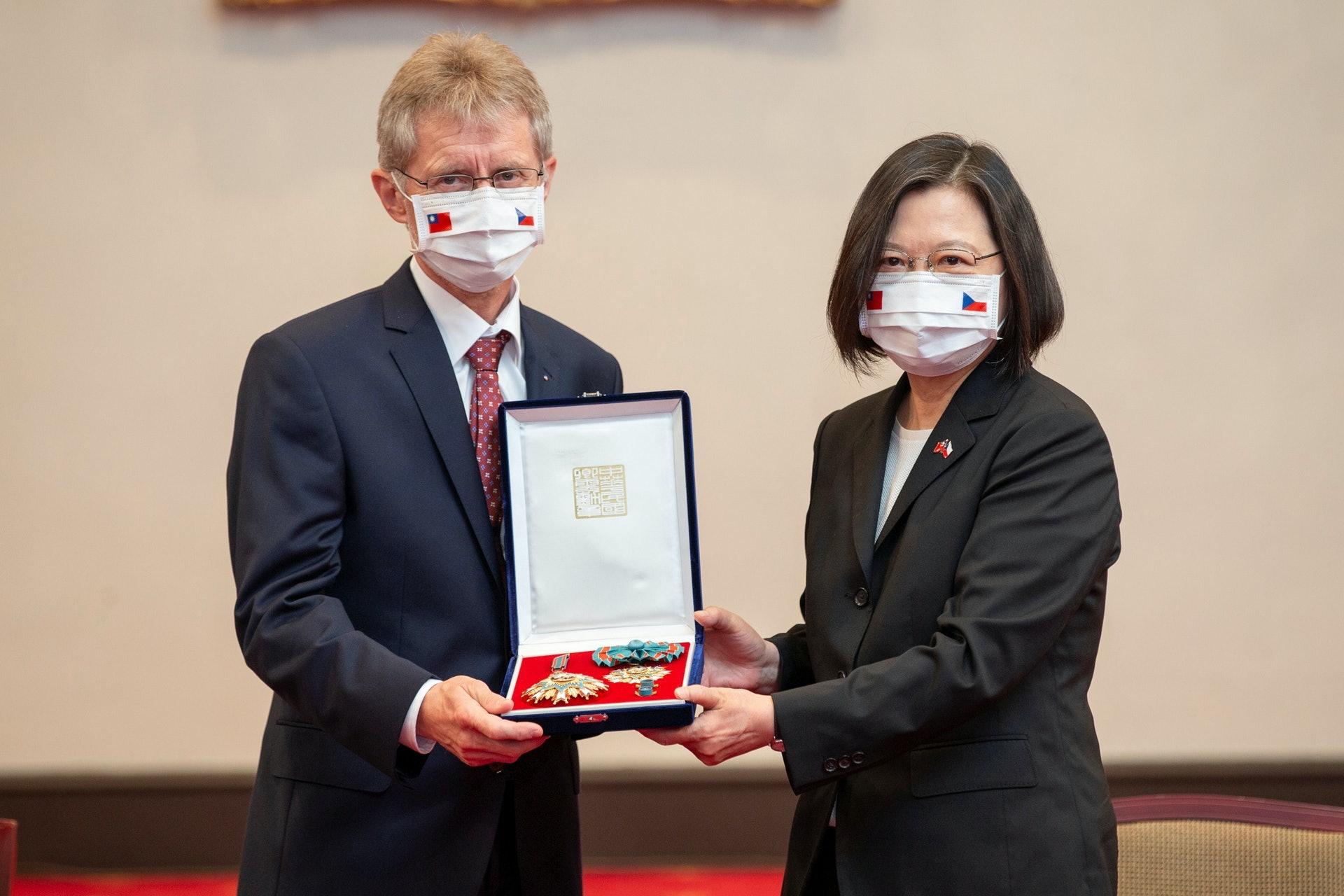 图为9月3日,捷克参议院议长维斯特奇尔(Milos Vystrcil)访问台湾,与总统蔡英文会面。(Reuters)