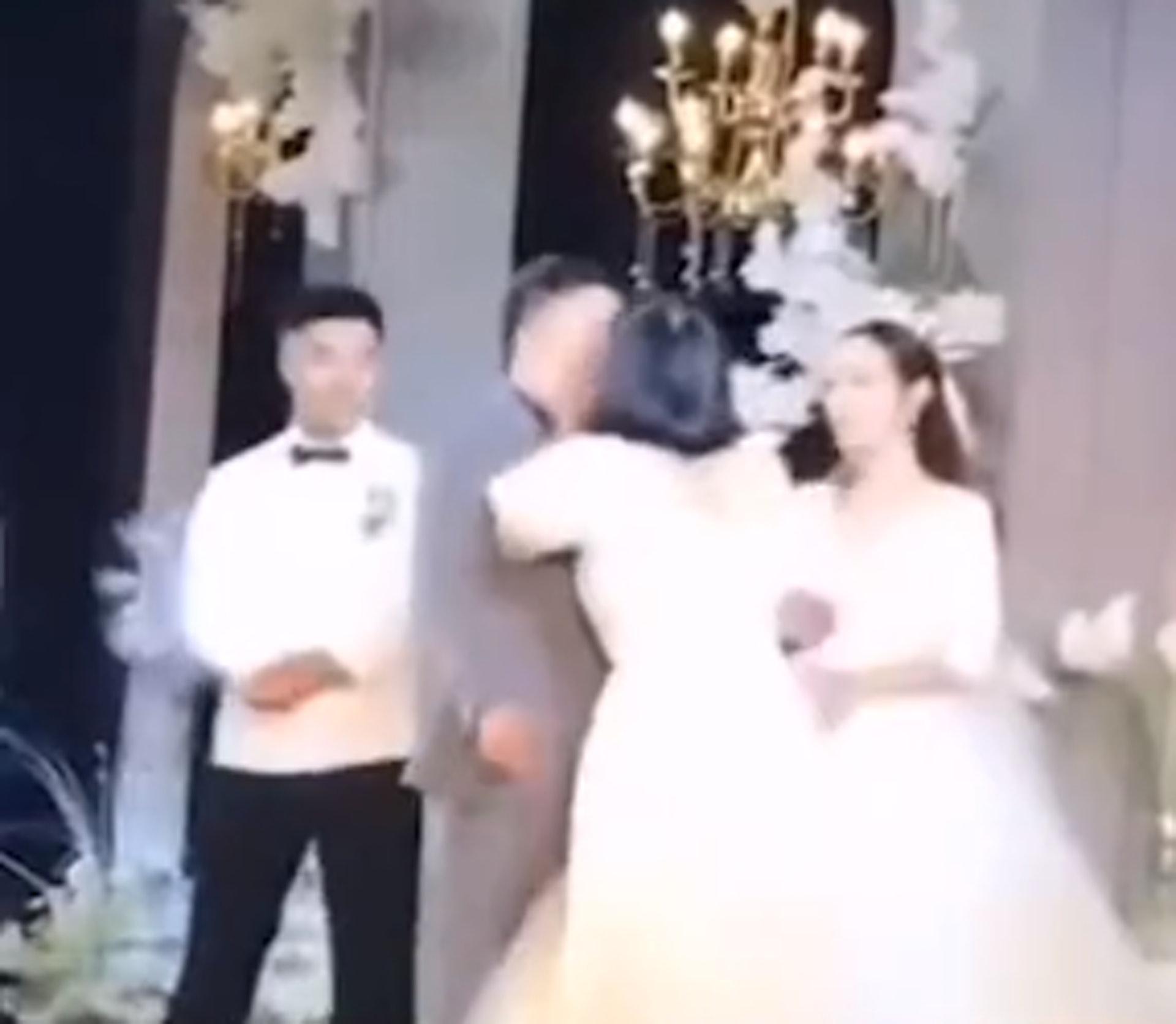 河南1名伴娘日前於婚禮上,當住新娘面前飛撲向新郎強吻,引來網民熱議。(微博影片截圖)