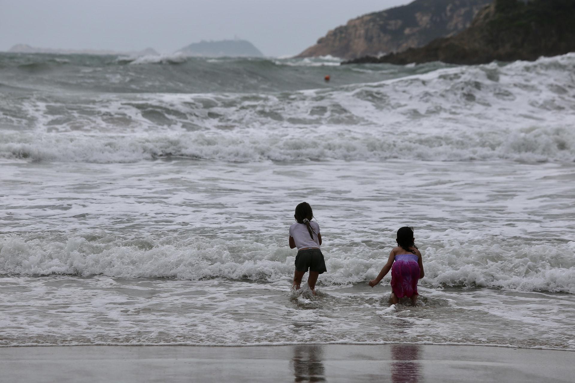 有小朋友在岸邊嬉水。(郭倩雯攝)
