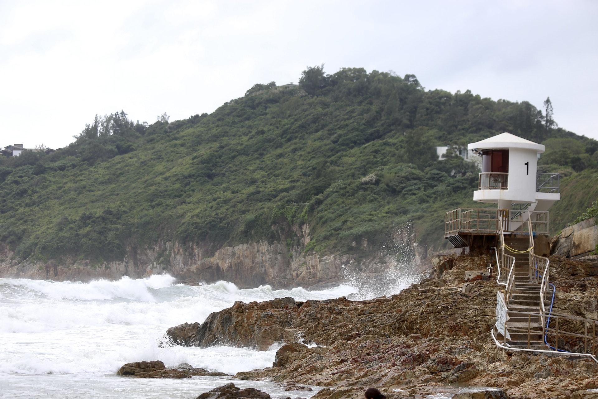 大浪灣不時捲起2至3米高大浪。(郭倩雯攝)