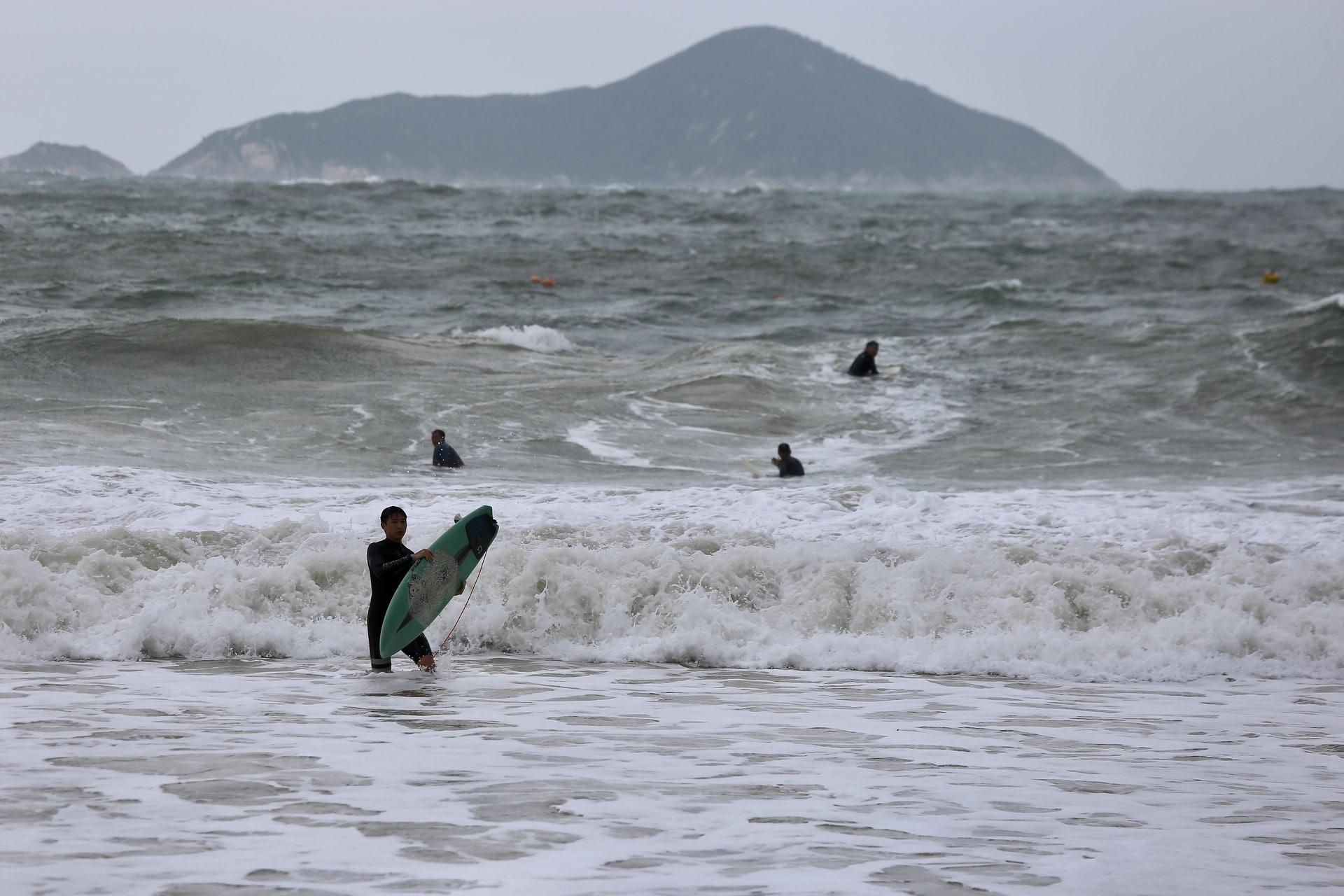石澳泳灘有不少人到場滑浪。(郭倩雯攝)