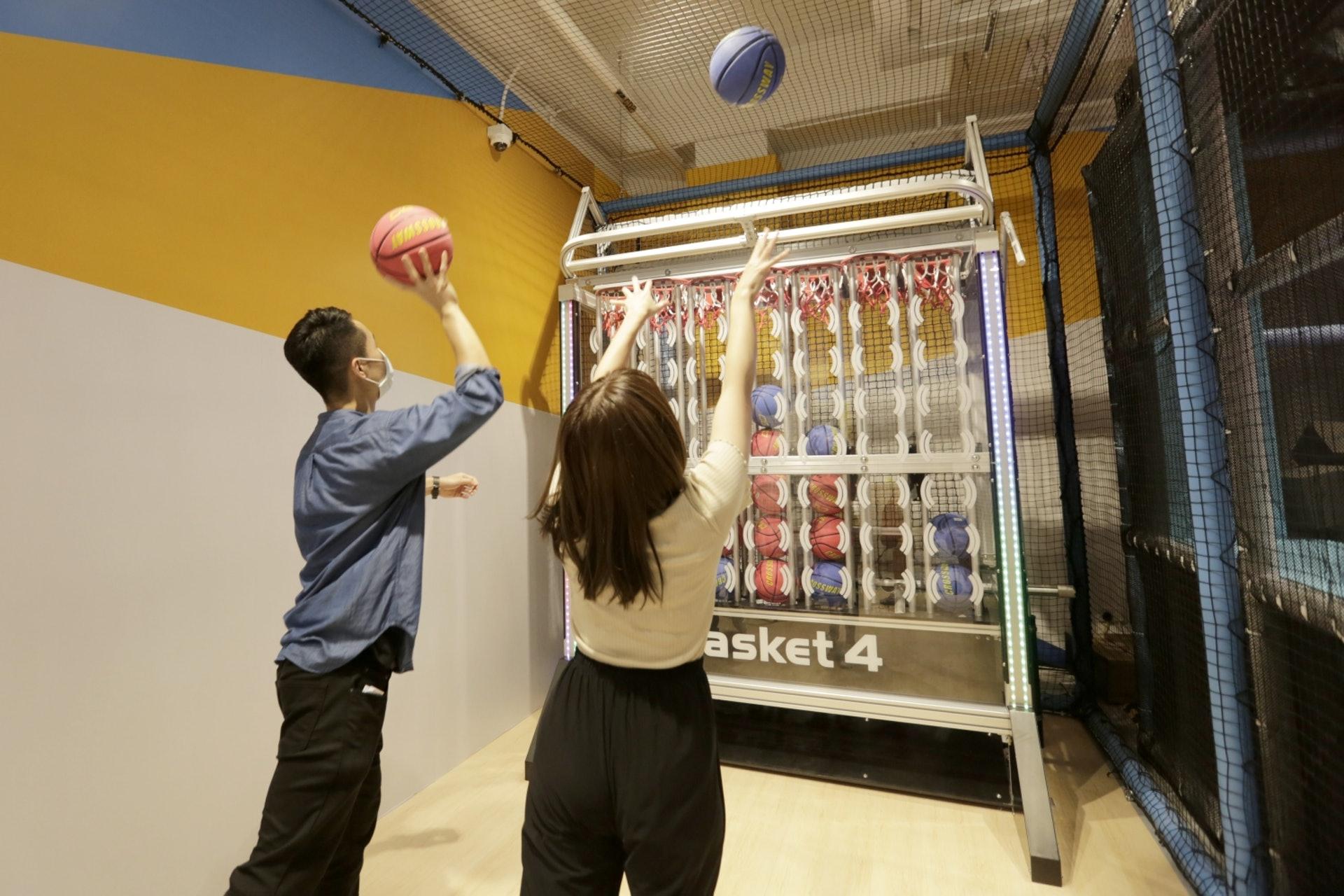 【2/Basket4】除了投籃之外,更要動腦筋鬥快連起4個同色籃球!(龔嘉盛攝)
