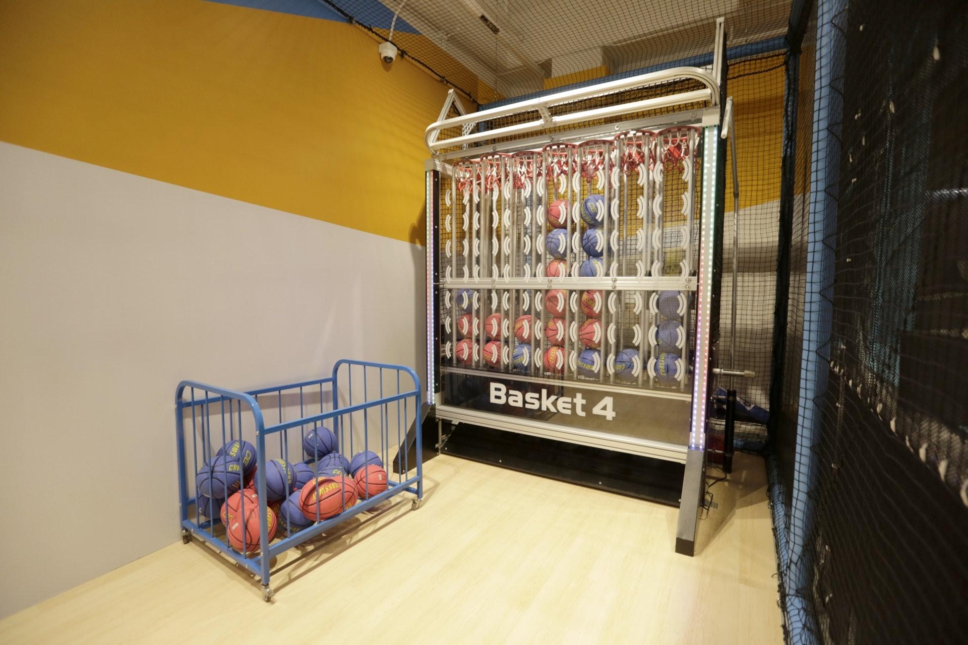 【2/Basket4】籃球有分紅藍色,像蘋果棋一樣玩法。(龔嘉盛攝)